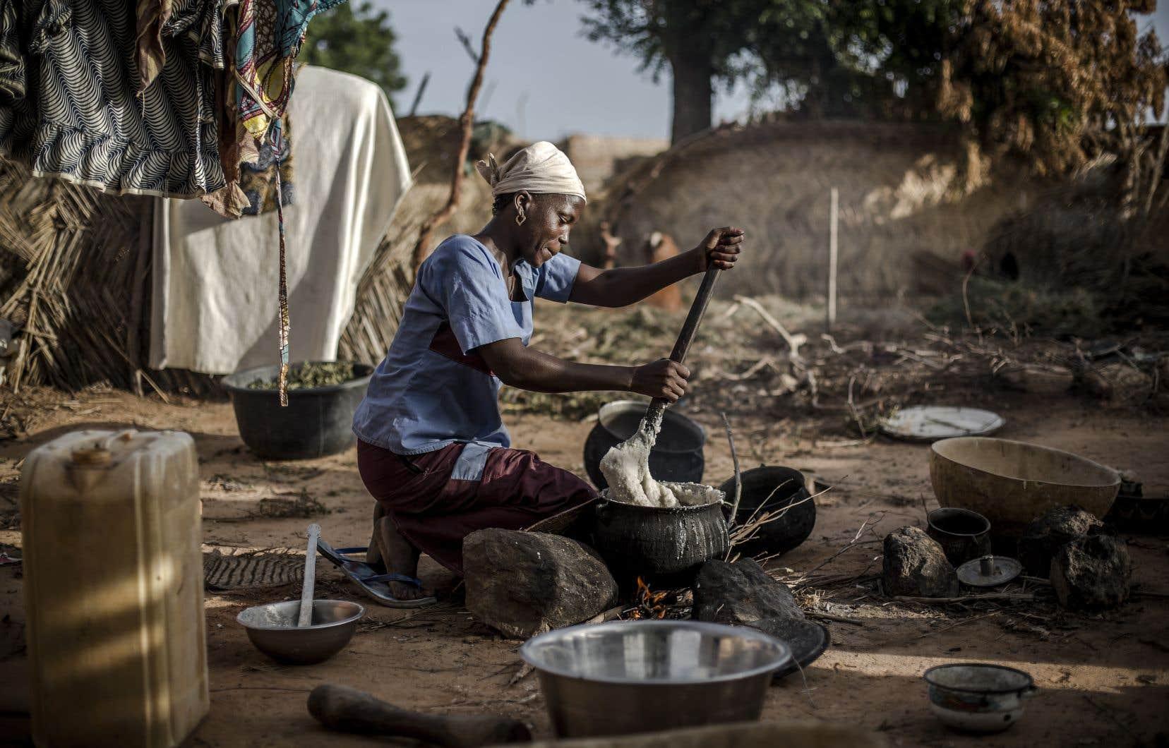 Selon Oxfam, le système économique «sexiste» dévalorise le travail de soin et les tâches domestiques surtout assumés par des femmes et des filles à travers le monde.