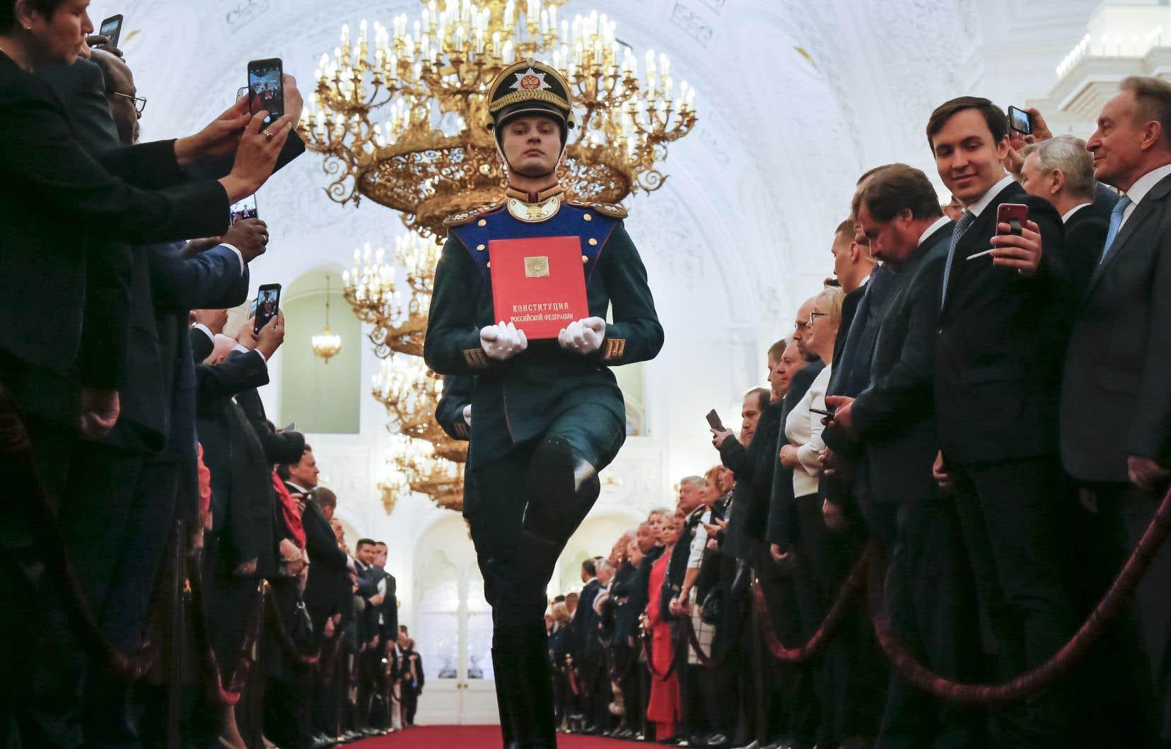 Une garde d'honneur porte la Constitution de la Fédération russe avant la cérémonie d'inauguration de Vladimir Poutine au Kremlin de Moscou.