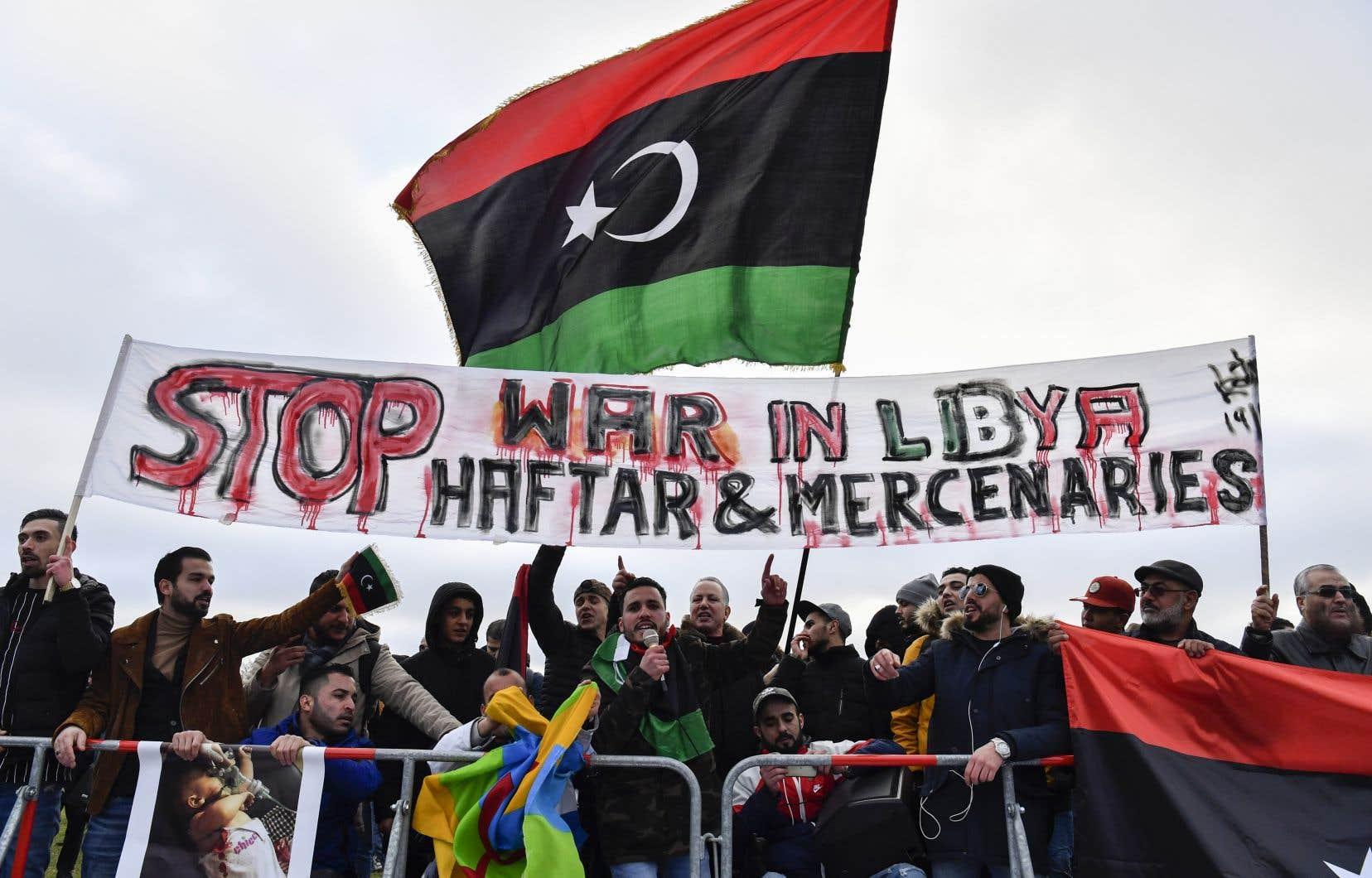 Des manifestants à Berlin dimanche, où se tenait un sommet international qui a réuni les principaux pays concernés par le conflit en Libye.