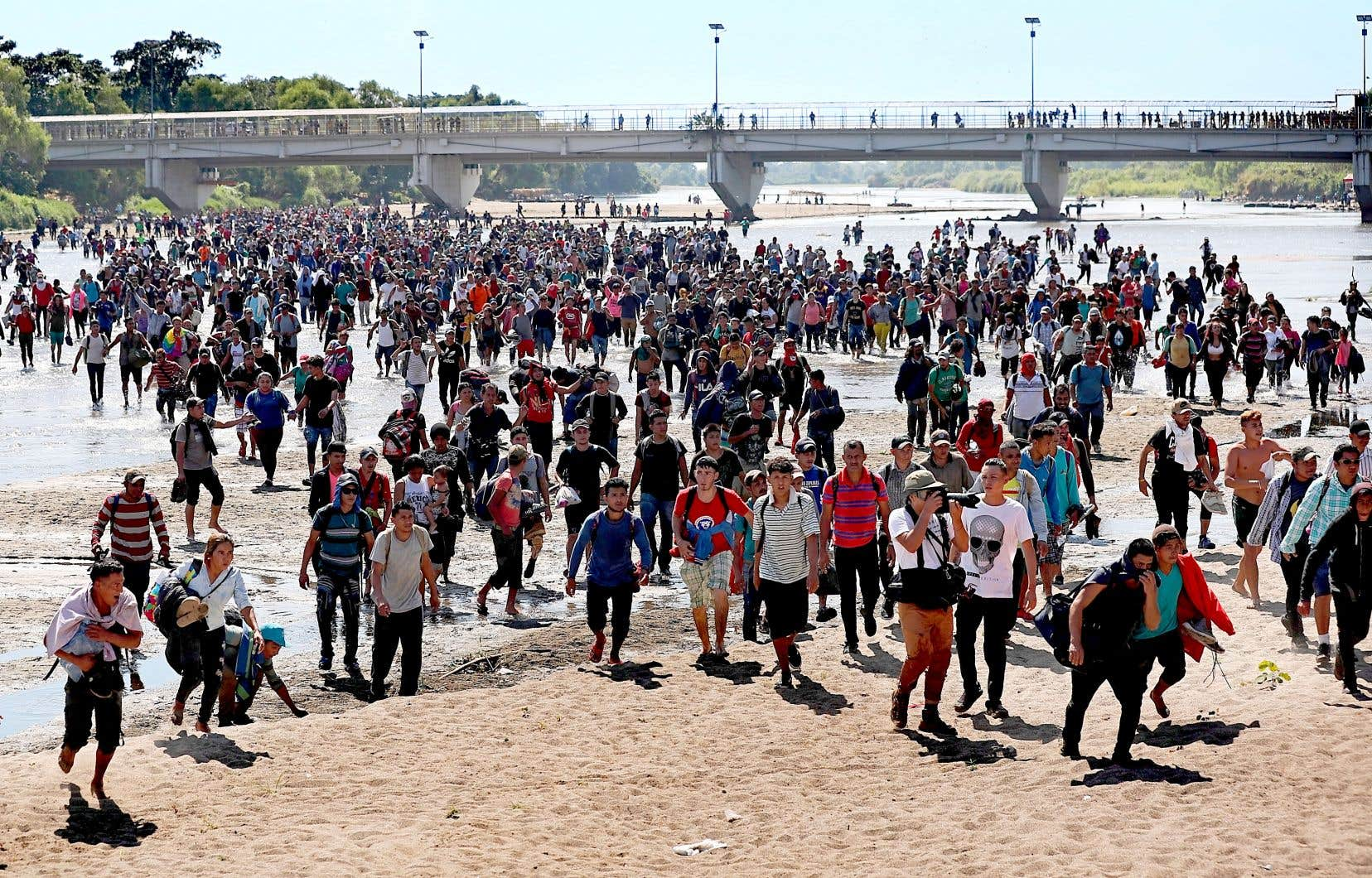 Des centaines de migrants ont traversé le fleuve Suchiate, à la frontière entre le Mexique et le Guatemala, dans l'espoir d'atteindre les États-Unis. Ils se sont heurtés à un tir de barrage de gaz lacrymogène des forces de sécurité.