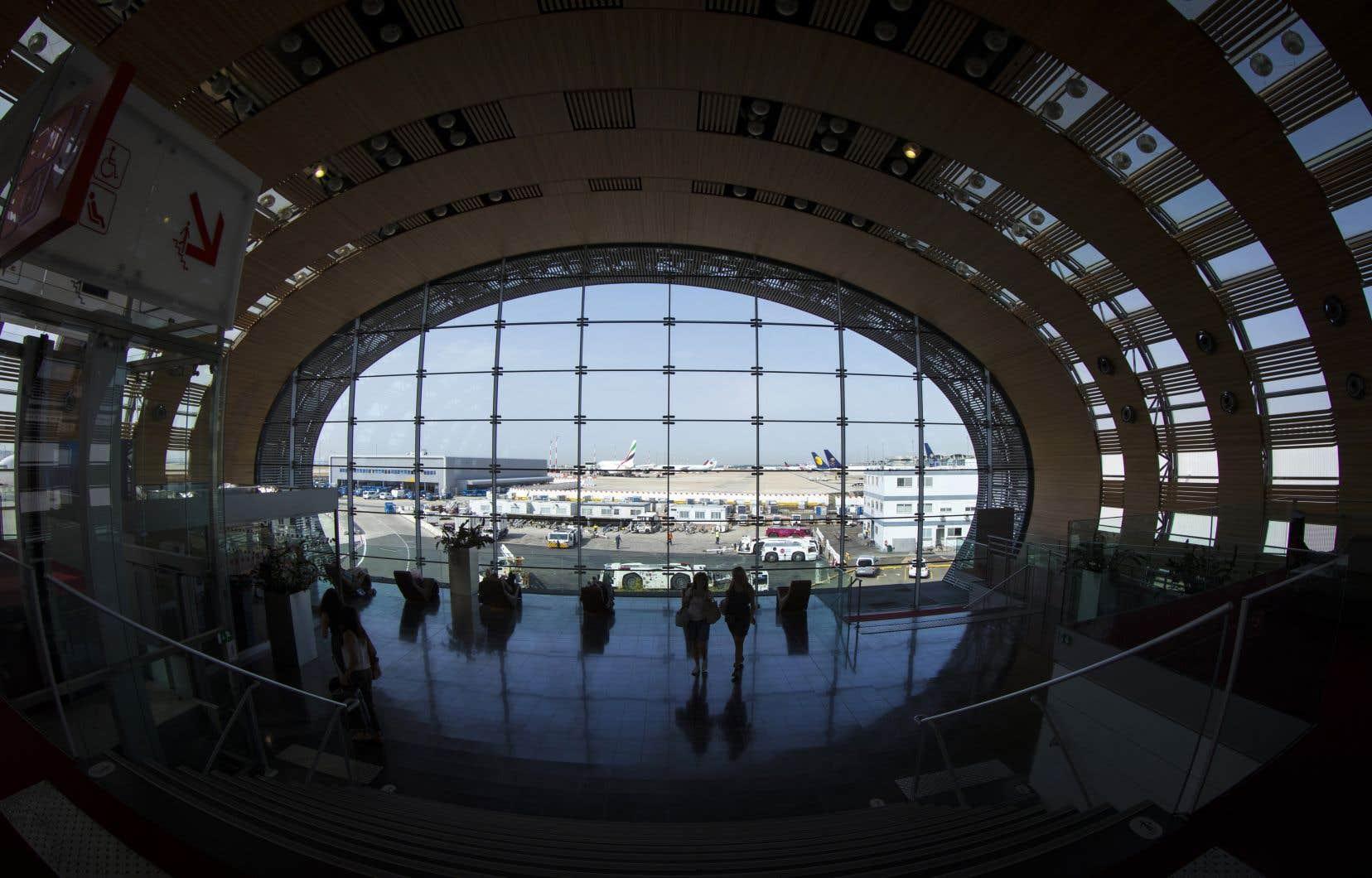 Des voyageurs au terminal 2E de l'aéroport parisien Roissy-Charles de Gaulle