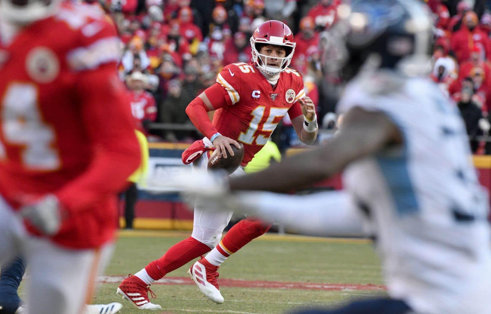 Dimanche, les Chiefs ont laissé leur quart-arrière Patrick Mahomes et leur puissante attaque déplacer le ballon partout sur le terrain.