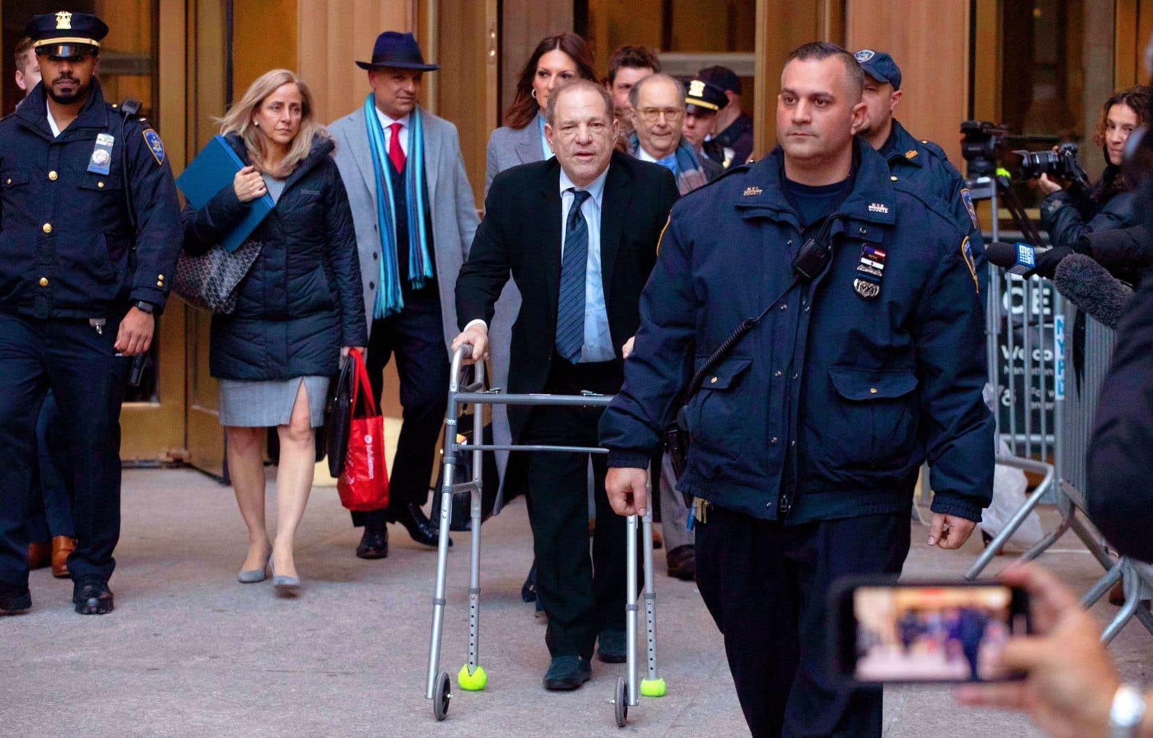 Harvey Weinstein a quitté le palais de justice de Manhattan, appuyé sur sa marchette, au terme de la première journée de son procès.