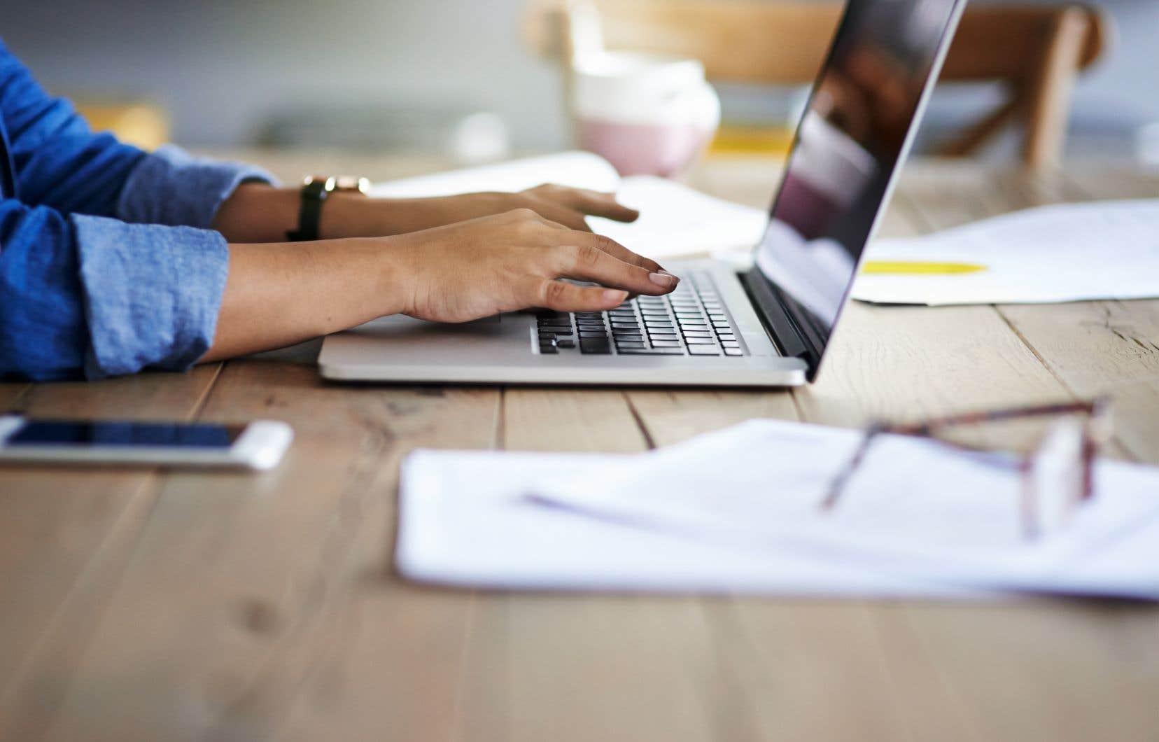 Le premier cours en ligne ouvert massivement (CLOM) québécois a été lancé en 2012 à HEC Montréal, avec la plateforme EDUlib.