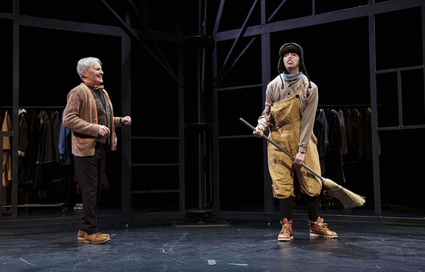 Les comédiens s'échangent avec force vive et énergie les rigoureuses répliques en alexandrins tout en interprétant plusieurs rôles.