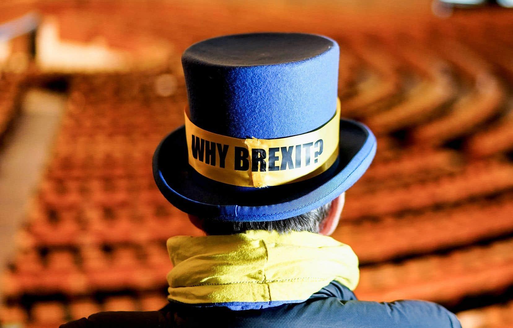 Au Parlement européen, à Bruxelles, la sanction royale a été accueillie avec une certaine résignation, ponctuée de quelques salves plus militantes comme ici, de la part du militant anti-Brexit Steve Bray.