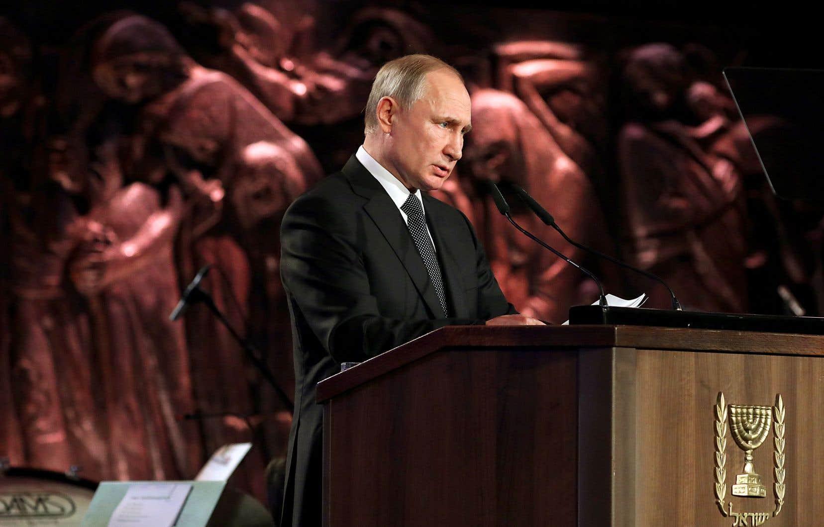 Dans un événement parrainé par un milliardaire proche du Kremlin, Moshé Kantor, Vladimir Poutine a été invité à prononcer deux discours alors que son homologue polonais s'est vu interdire d'en prononcer un seul.