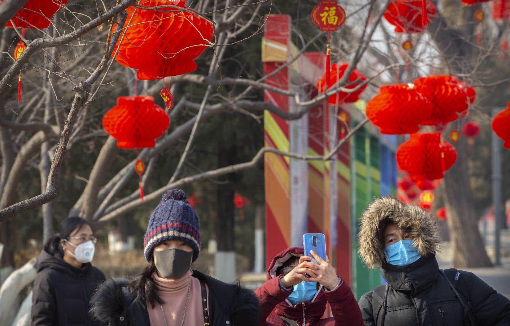 Pour le jour de l'An, les rues de Wuhan sont comme mortes, les rares passants se couvrant le visage avec un masque de protection dont le port est obligatoire.