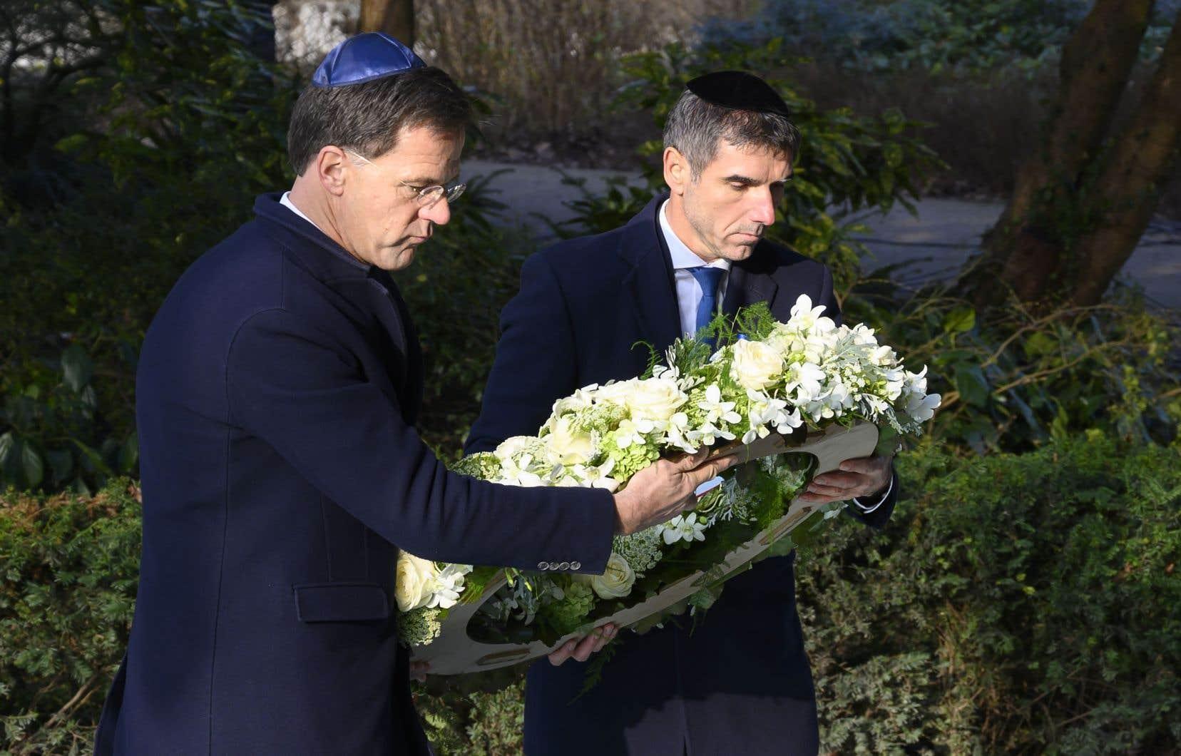 Le premier ministre néerlandais Mark Rutte (à gauche) et le secrétaire d'État Paul Blokhuis