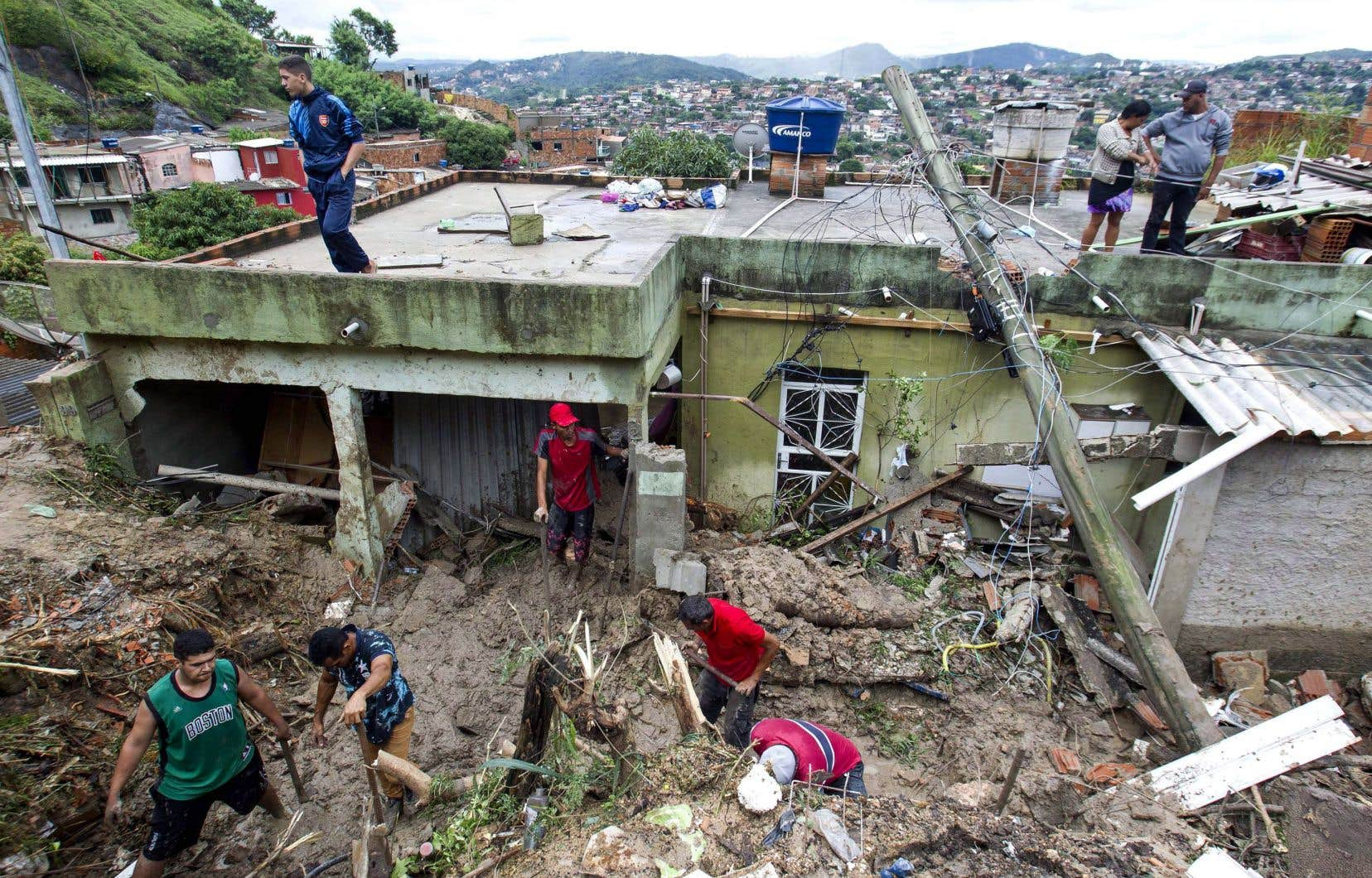 Des gens nettoient les débris à Ibirite dansl'État du Minas Gerais.