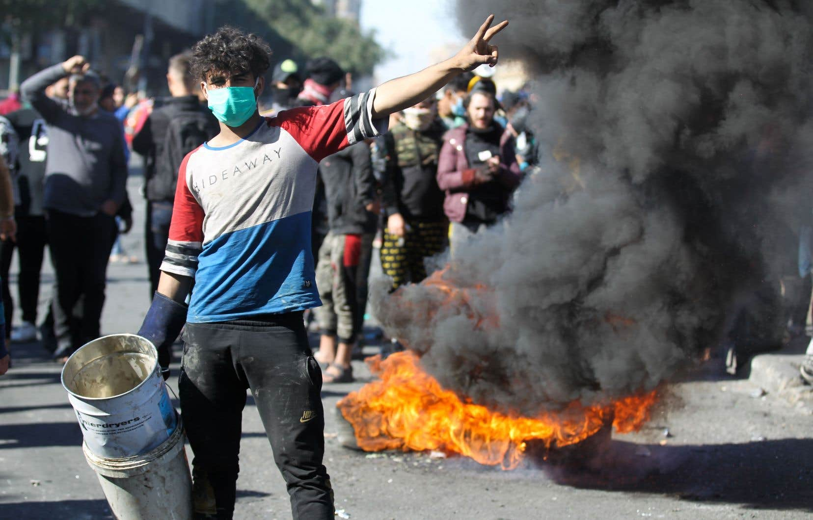 Un contestataire a fait le signe de la victoire, lundi, sur la place Khallani à Bagdad, au cours d'une manifestation antigouvernementale.