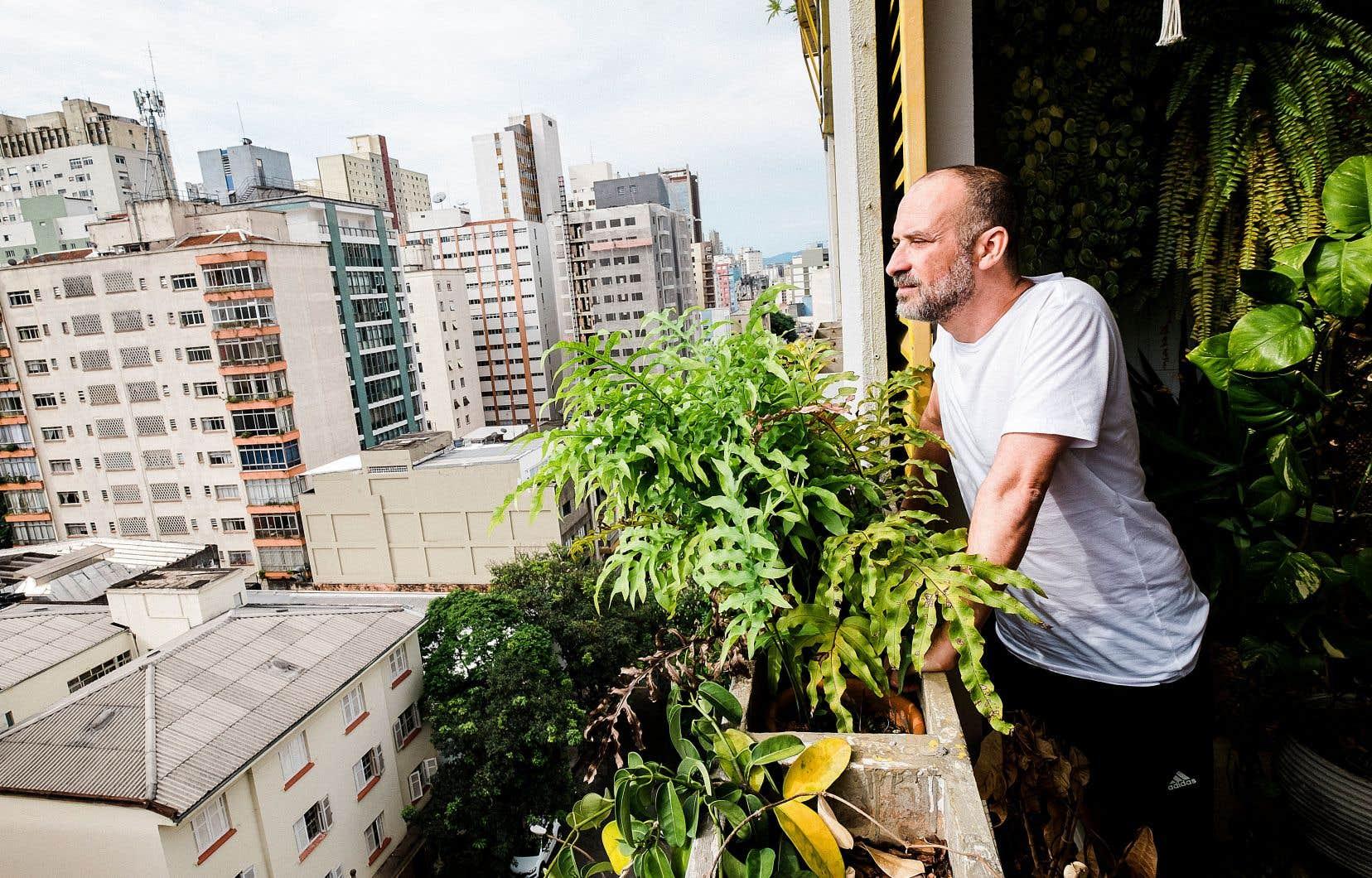 Le chanteur-compositeur Lucas Santtana est une figure ascendante de la nouvelle vague brésilienne. Quand il parle, les mots sortent de sa bouche un peu comme les paroles d'une chanson.