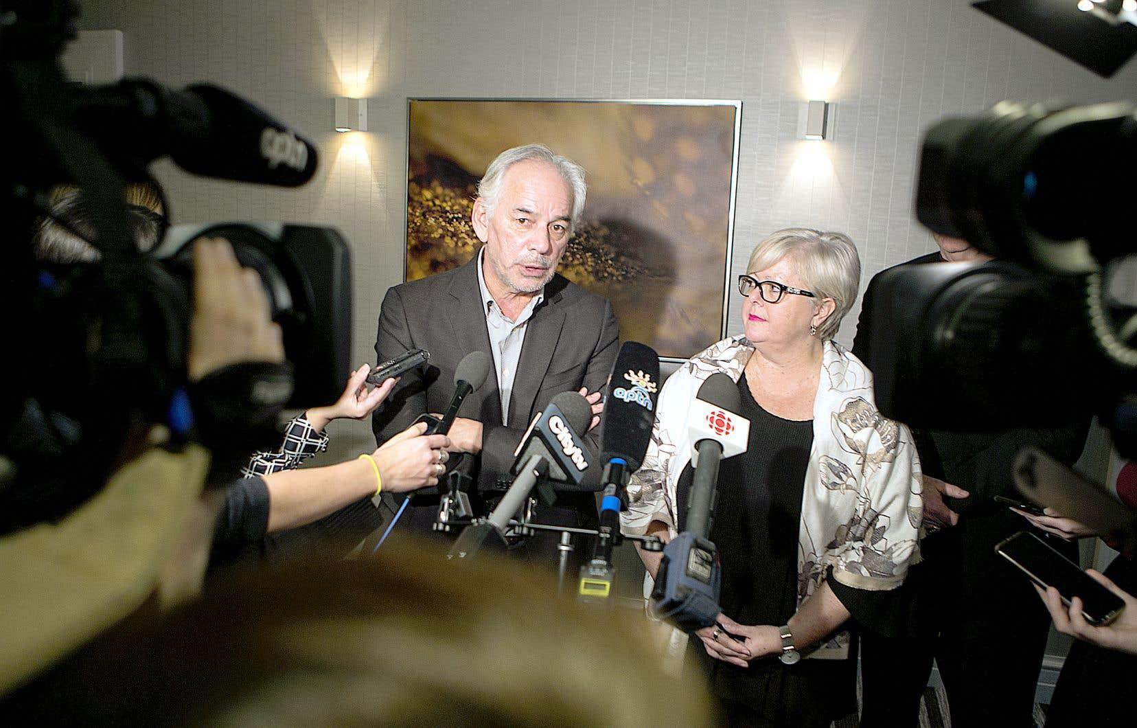 Le chef de l'Assemblée des Premières Nations Québec-Labrador, Ghislain Picard, et la ministre responsable des Affaires autochtones, Sylvie D'Amours, ont rencontré la presse à l'issue de leur séance de travail.