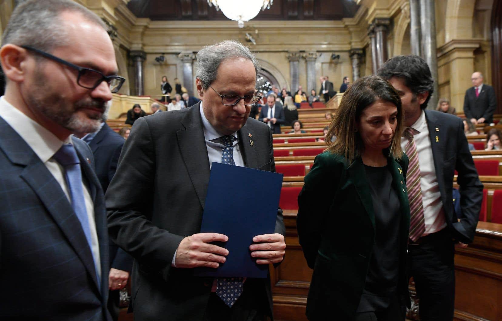 Le président de la Catalogne, Quim Torra (au centre), quittant la session parlementaire après le vote lui retirant son mandat de député