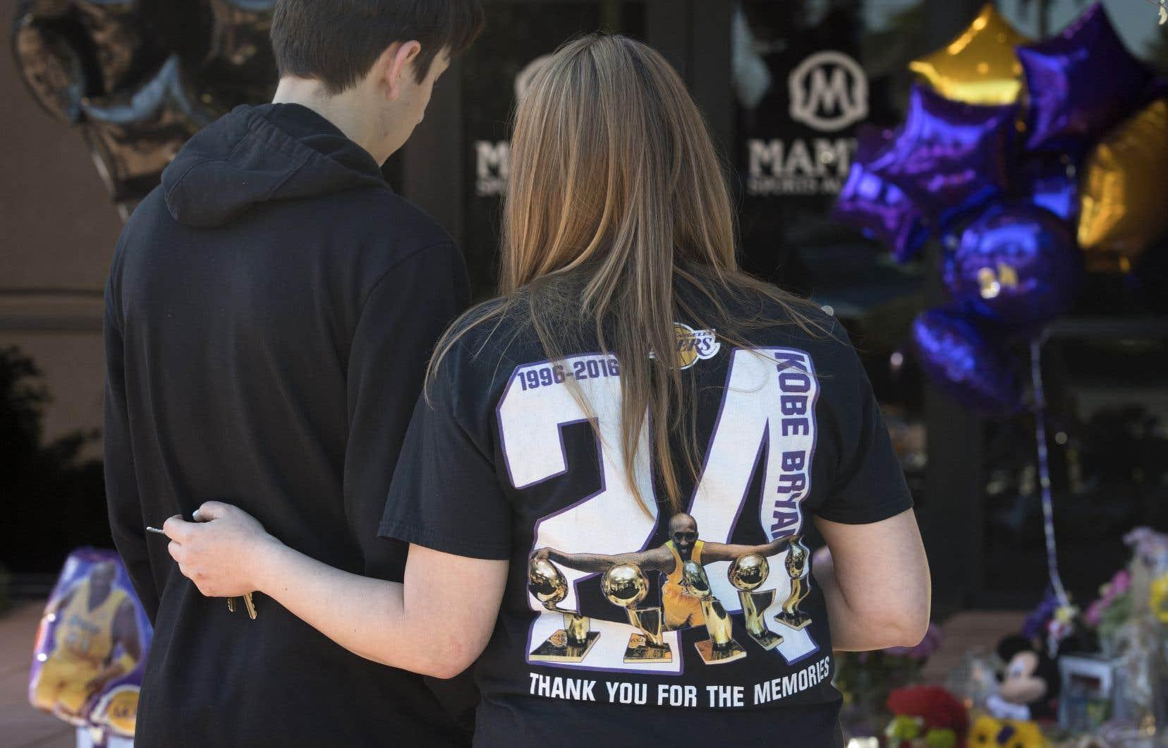 Fleurs, bougies, maillots… Quelques centaines de fans continuaient de se recueillir lundi devant le Staples Center de Los Angeles.