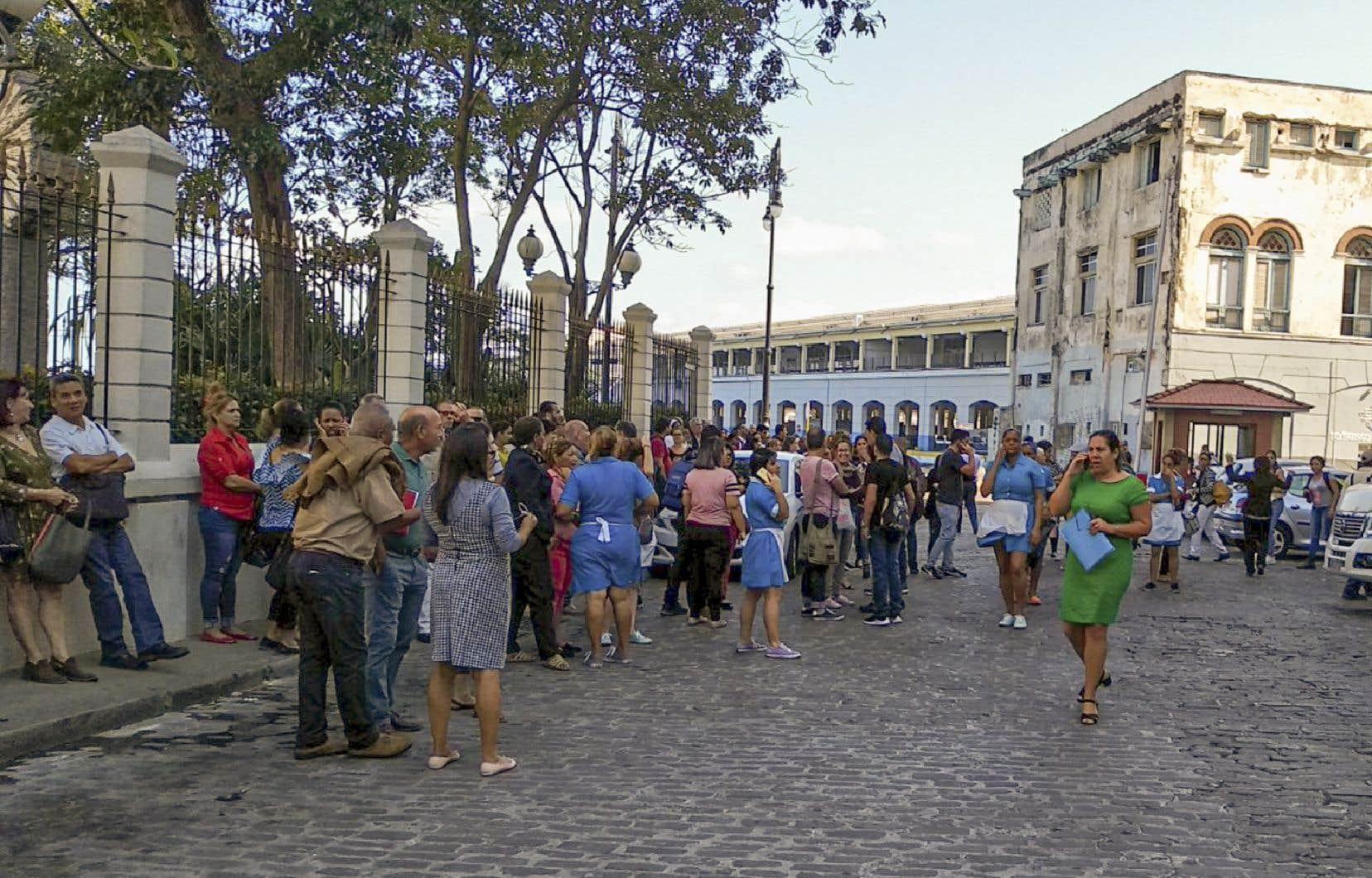 Des travailleurs ont dû évacuer leur lieu de travail après le séisme, à La Havane à Cuba.