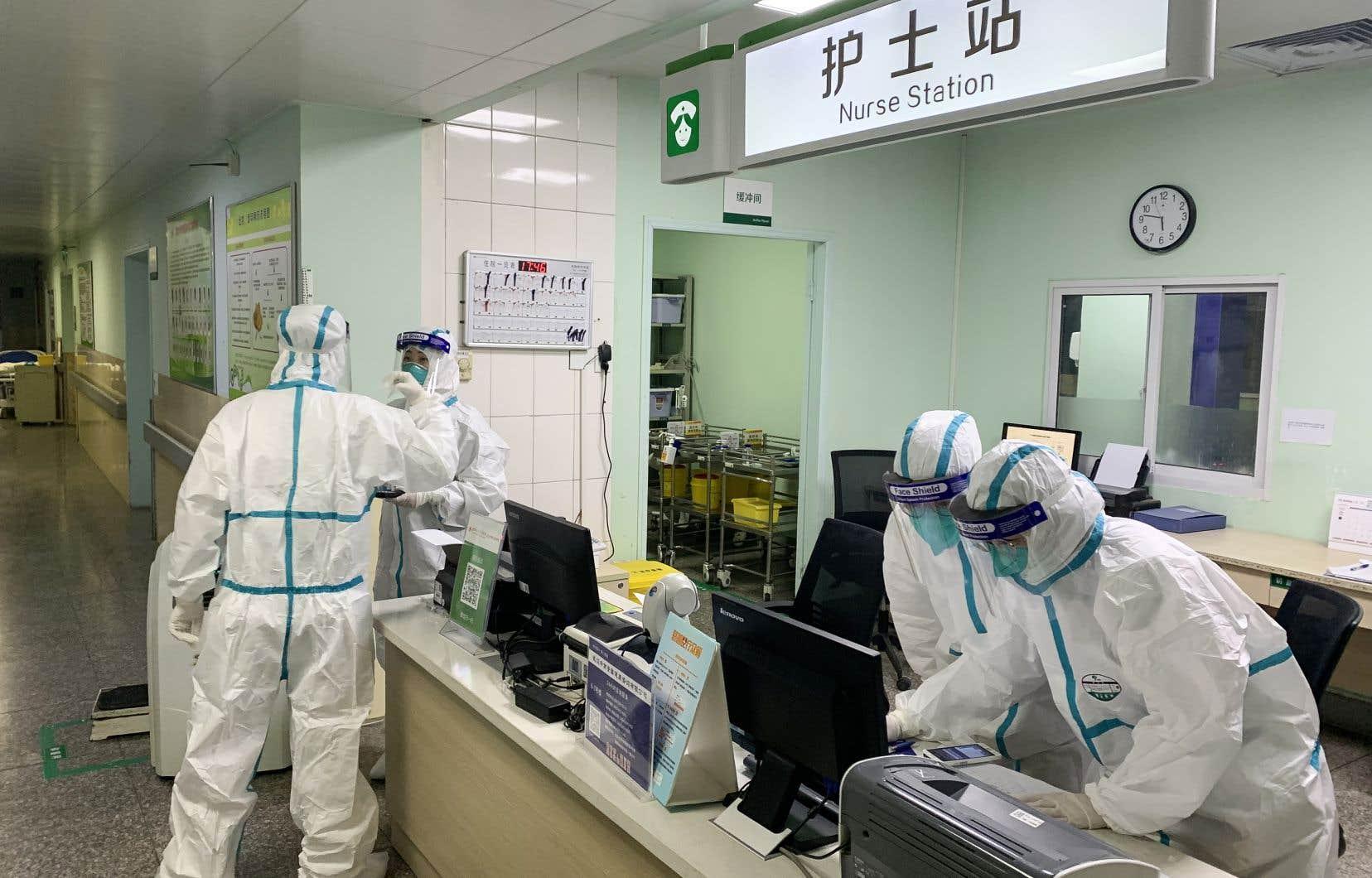 Des membres du personnel médical portant des combinaisons de protection à l'hôpital Zhongnan de Wuhan, dans la province centrale du Hubei en Chine.
