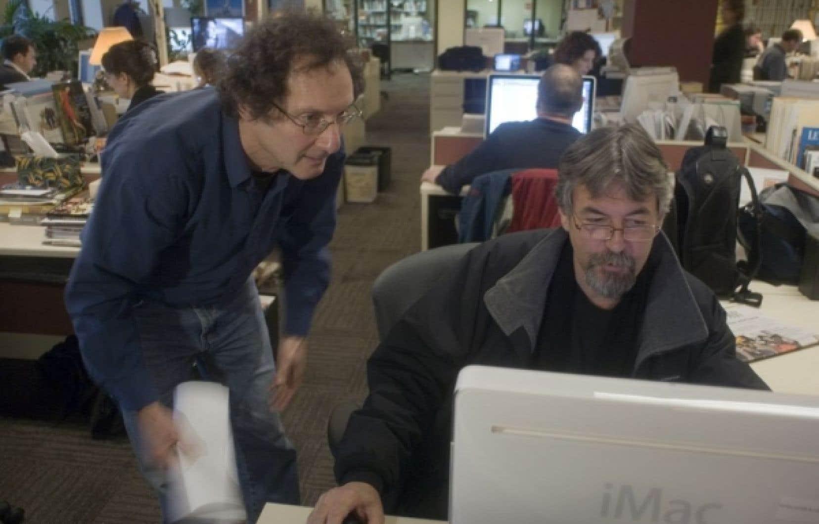 L'écrivain David Homel derrière notre chroniqueur Michel David, qui relit le texte de l'invité du devoir.