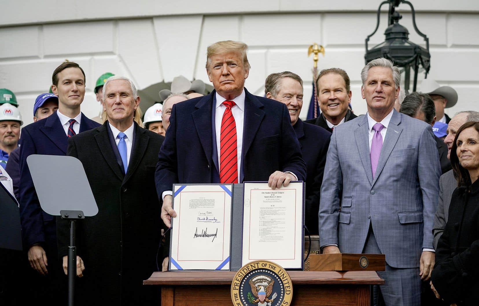Donald Trump a signé le nouvel accord de libre-échange entre les États-Unis, le Mexique et le Canada, mercredi, lors d'une cérémonie officielle sur la pelouse de la Maison-Blanche à laquelle seuls des élus du Parti républicain avaient été invités.