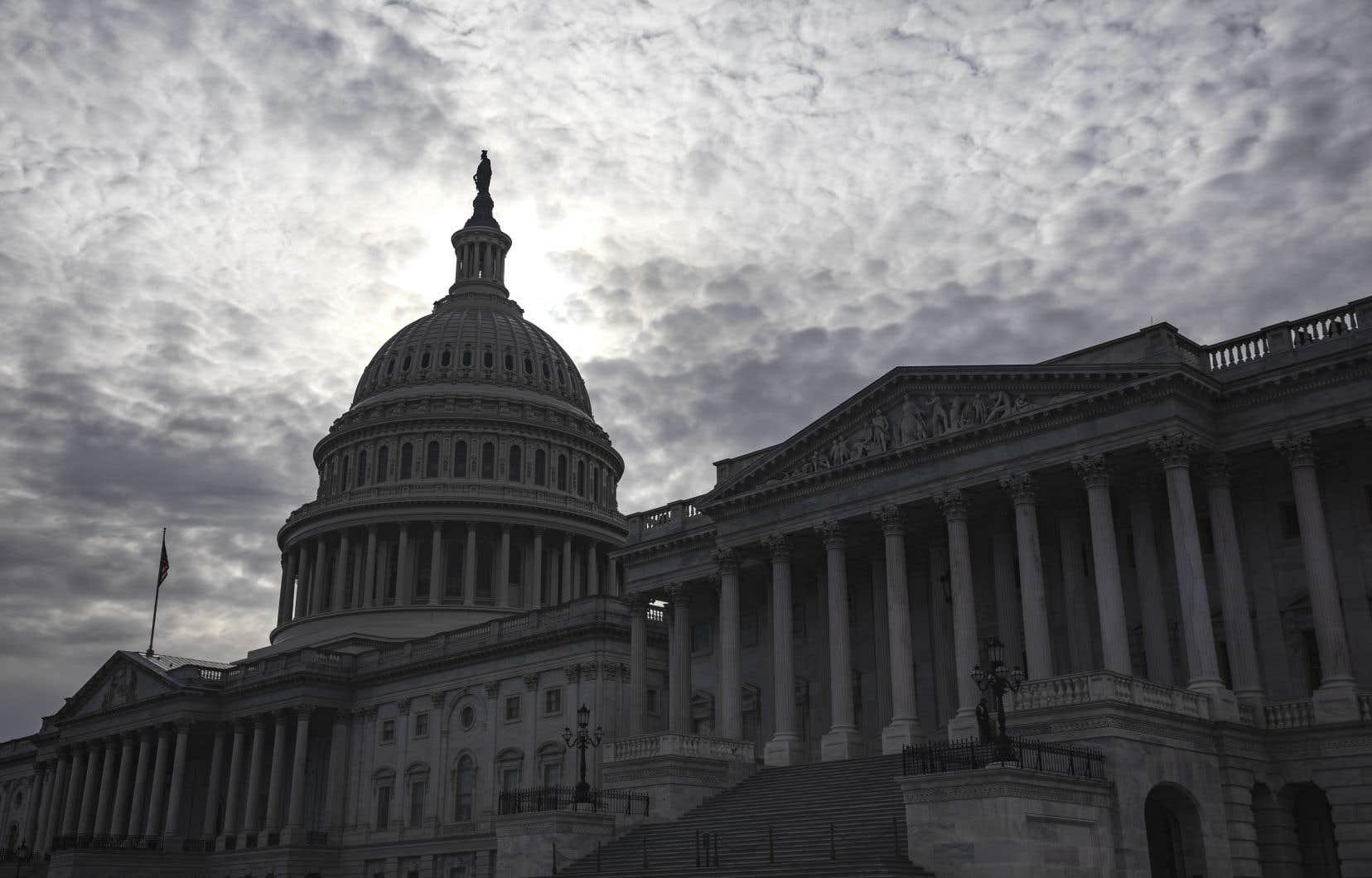 La question d'un pouvoir présidentiel illimité a enflammé jeudi le Sénat pour la seconde séance de questions au procès en destitution du président américain.
