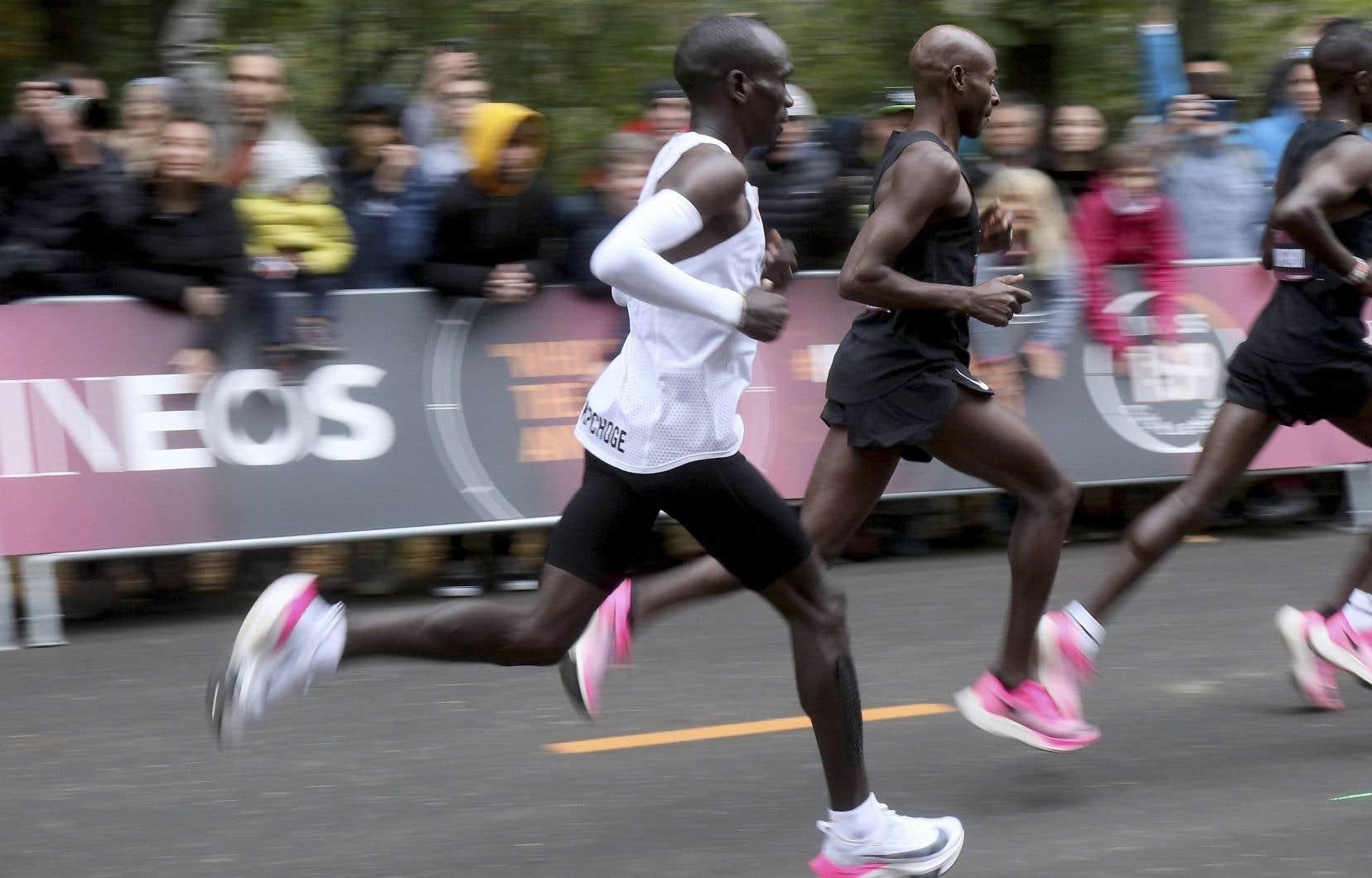 Le Kenyan Eliud Kipchoge a brisé la barre symbolique des 2 heures en bouclant les 42,195 km en 1h59 min 40 s lors d'une course non-homologuée.