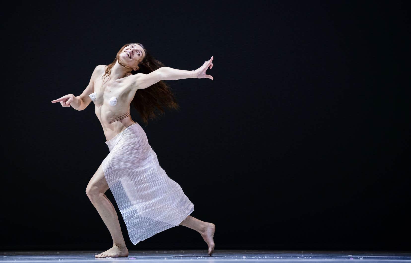 Les sons émis par les danseurs, qui occupent une place essentielle dans l'œuvre, sont accompagnés par les visages très mobiles qu'on voit souvent chez Chouinard.