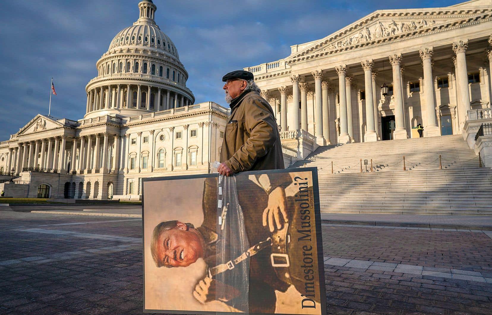 Stephen Parlato, un opposant de Donald Trump, était venu du Colorado pour manifester vendredi devant le Congrès, où se déroule le procès en destitution.