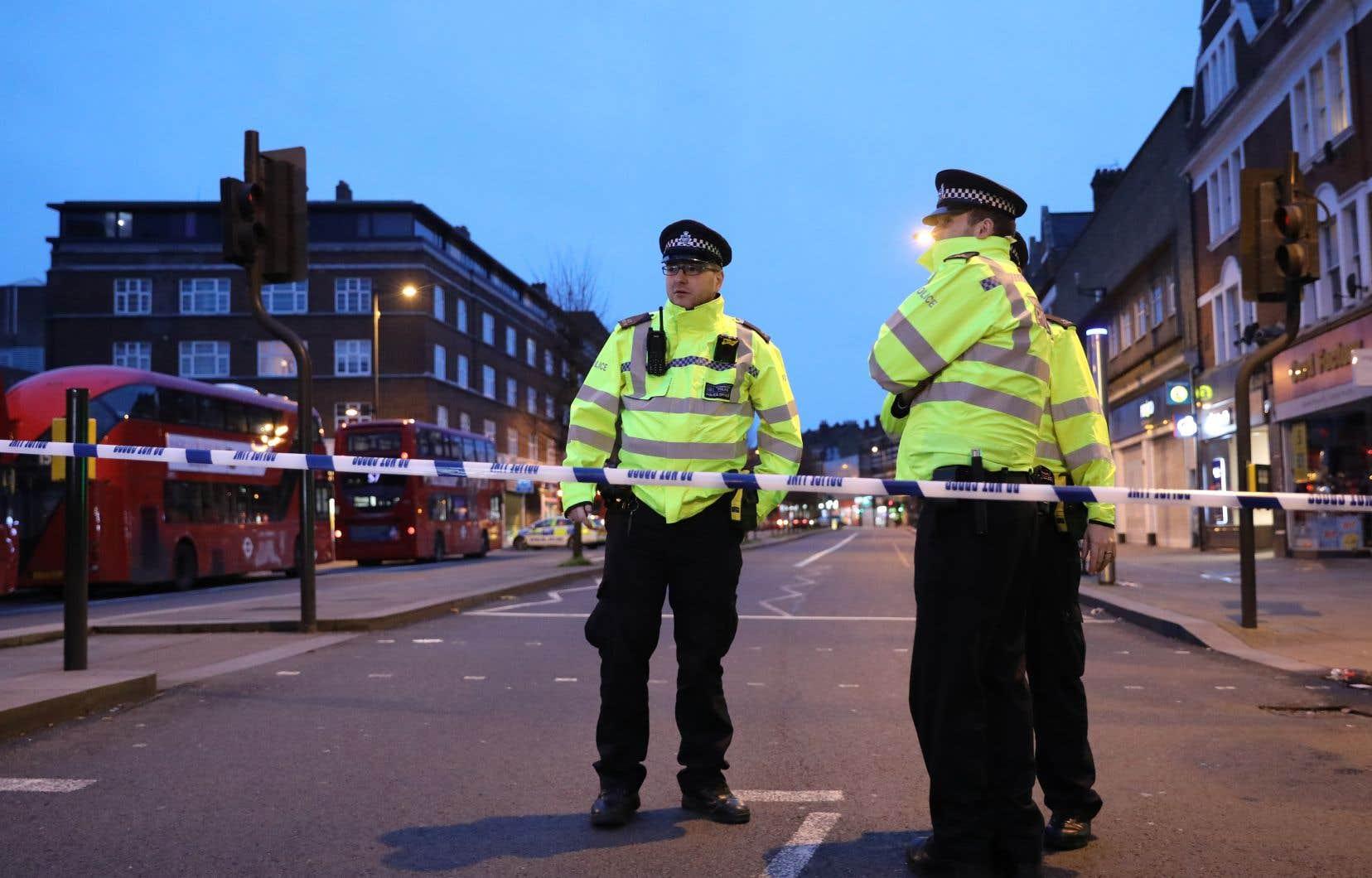 <p>La rue où se sont produits les faits a été bouclée par la police. Certains magasins ont fermé leurs portes plus tôt que prévu et un hélicoptère survolait la zone.</p>