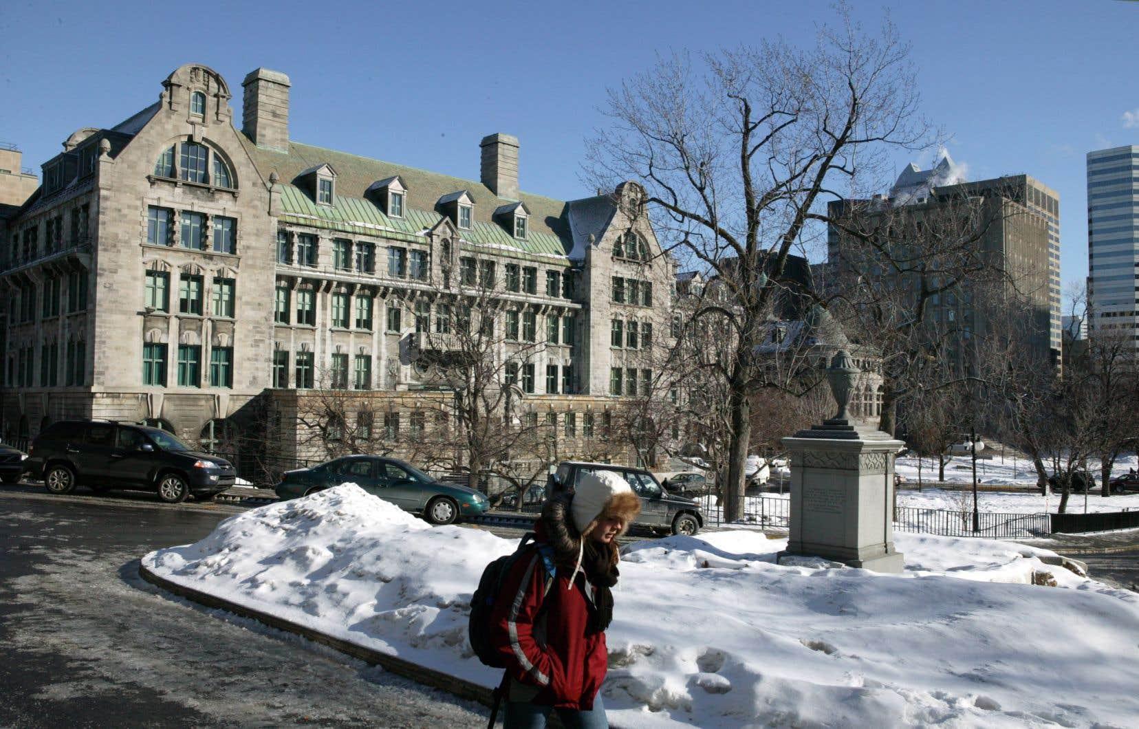 Depuis 2012, le groupe étudiant Divest McGill milite pour que l'université cesse d'investir dans l'industrie pétrolière.