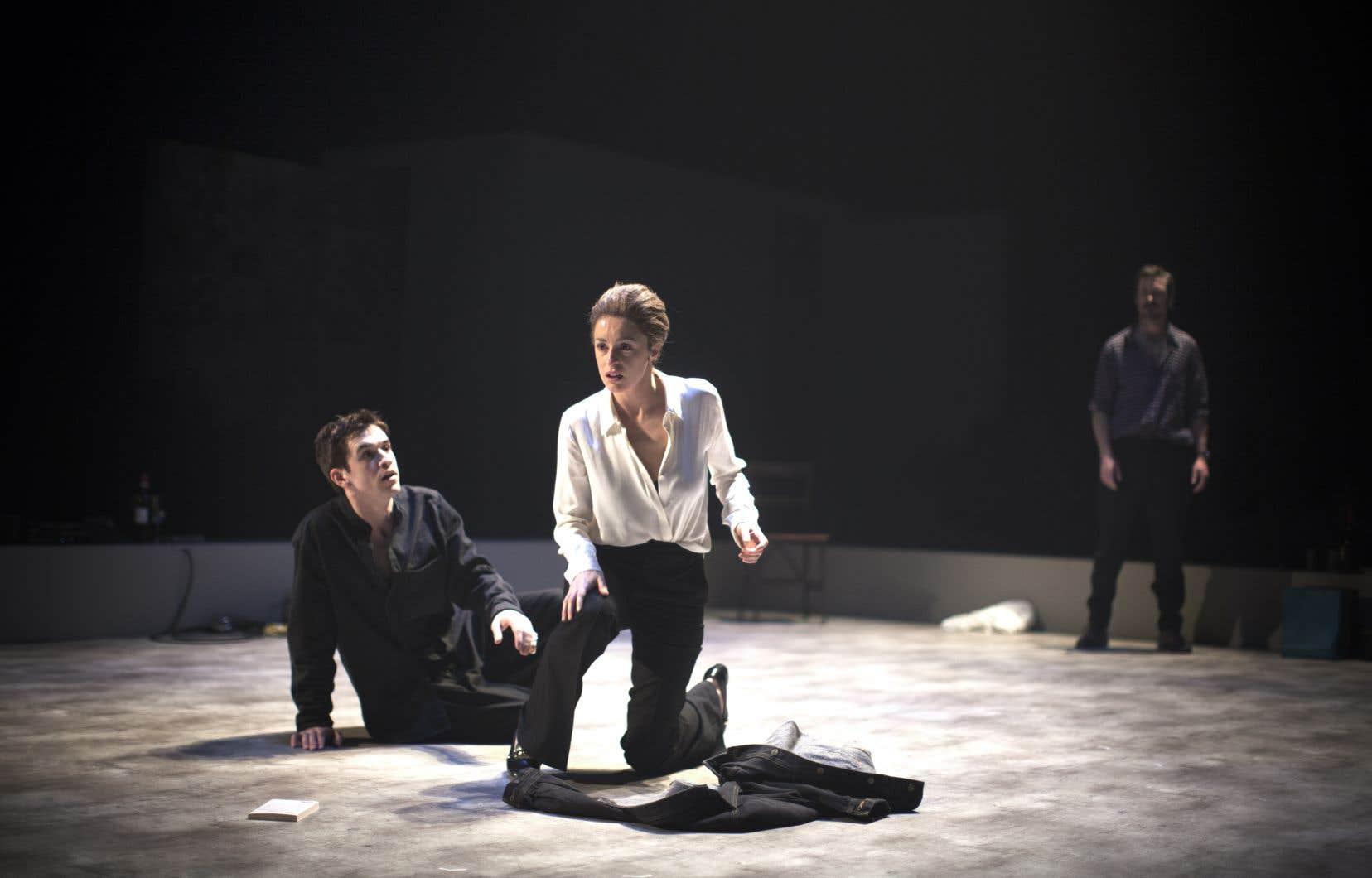 Émile Schneider, Christine Beaulieu et Sébastien Ricard dans une scène de «Sang»