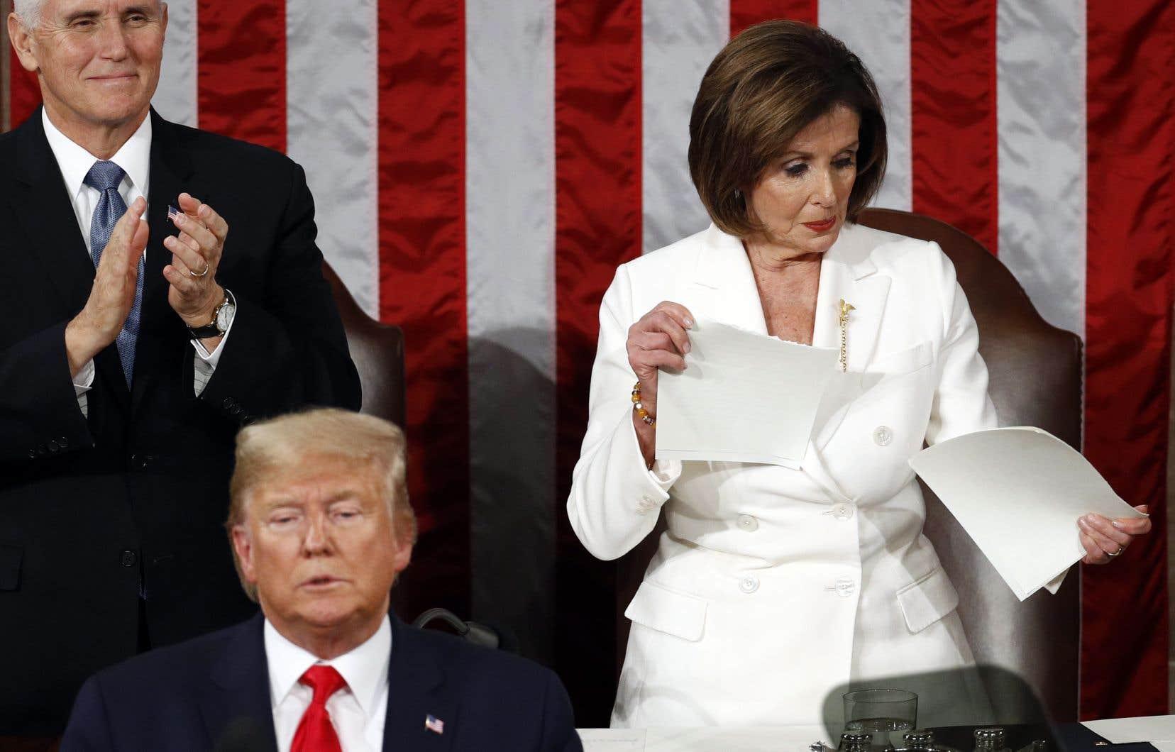 Une fois l'allocution de Donald Trump finie, Nancy Pelosia déchiré dans un geste spectaculaire sa copie du discours.