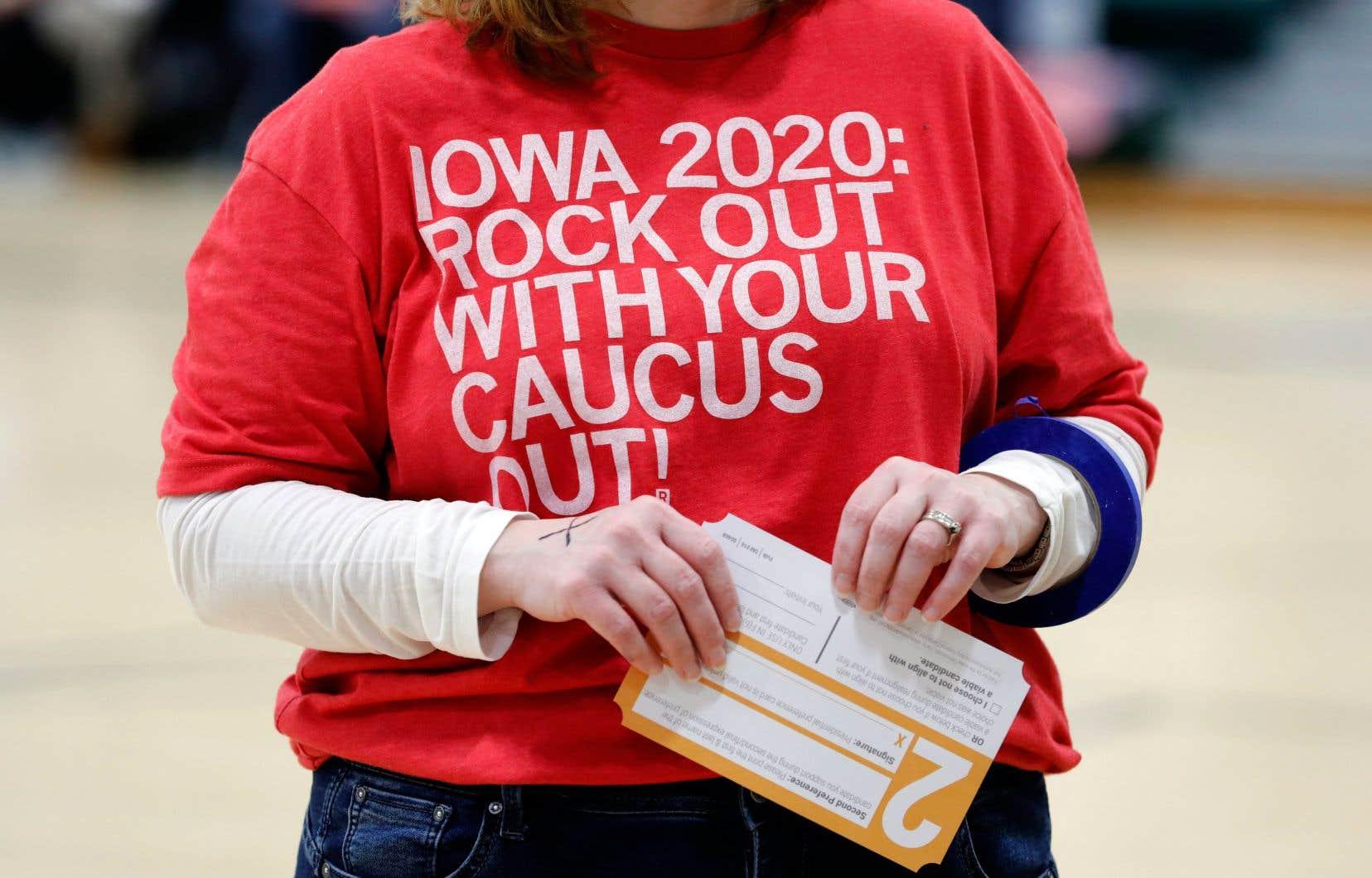 Une électrice de l'Iowa tient son bulletin de vote entre ses mains, en attendant de se rendre dans l'isoloir.
