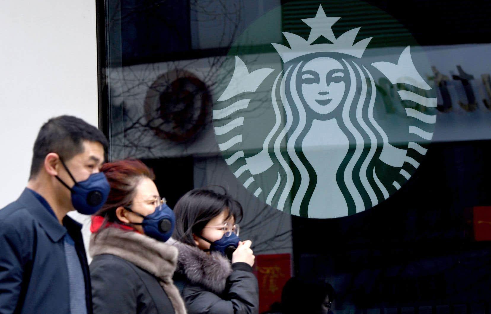 Starbucks, pour qui la Chine constitue le second marché, a fermé la moitié de ses 4000points de vente dans le pays.