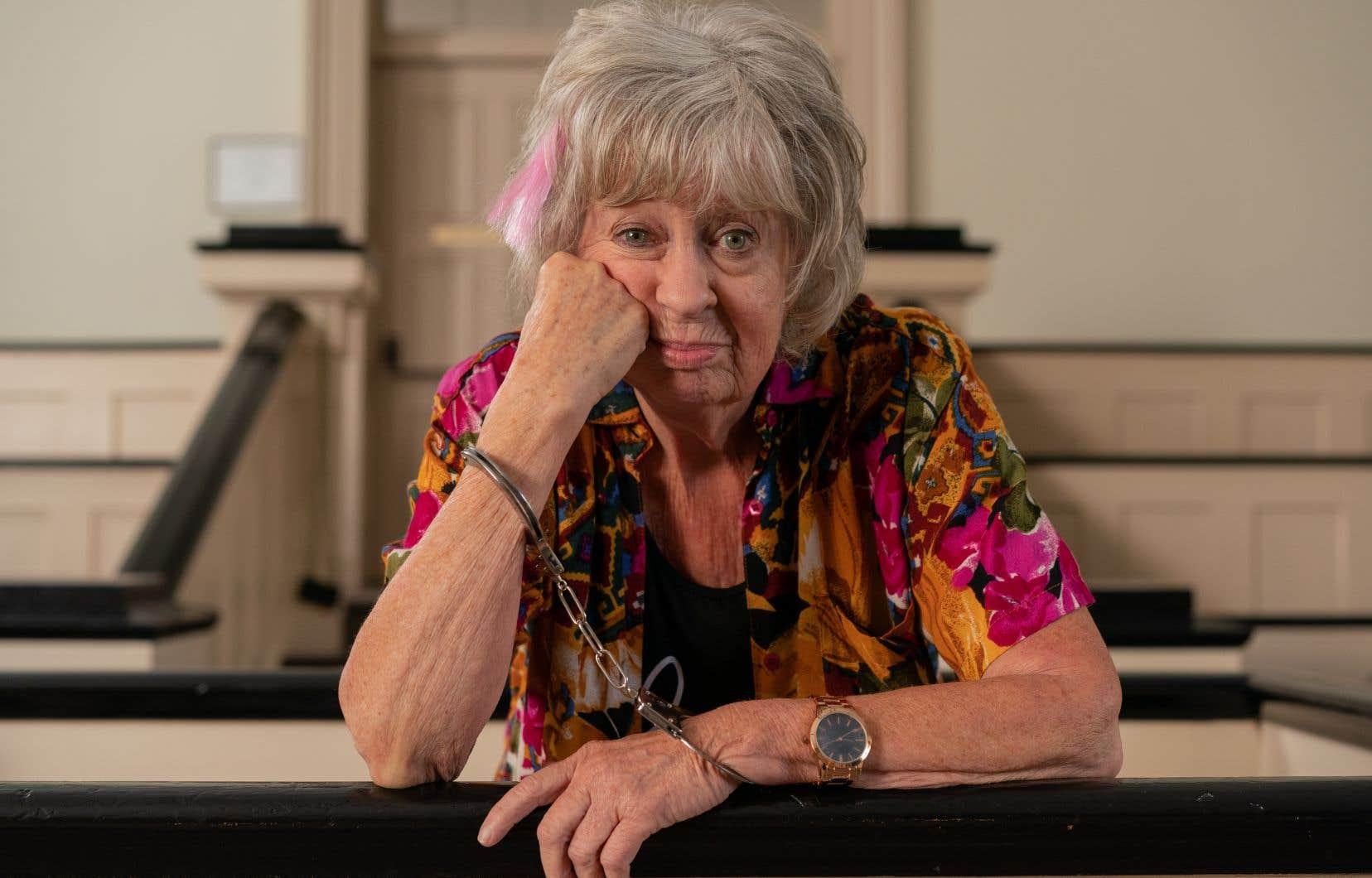 Une septuagénaire, vulgaire et désagréable avec ses proches et les inconnus, fait les 400 coups pour montrer qu'elle refuse de vieillir.
