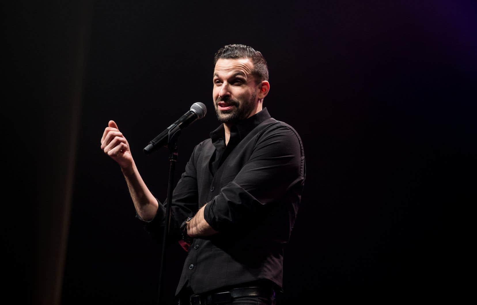 À seulement 38 ans, l'humoriste Olivier Martineau consacre une importante partie de son spectacle à dresser l'inventaire des symptômes de son vieillissement.