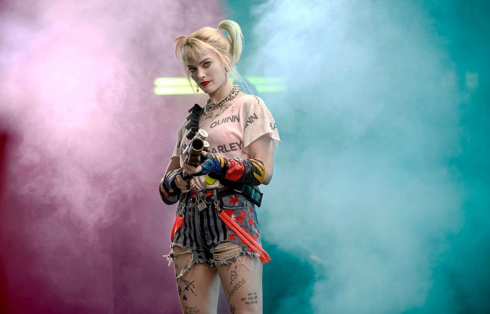 Harley, personnage apparu pour la première fois dans la série animée des Batman, braque des banques, massacre des méchants et pastiche Marilyn Monroe dans une ode aux diamants diabolique.