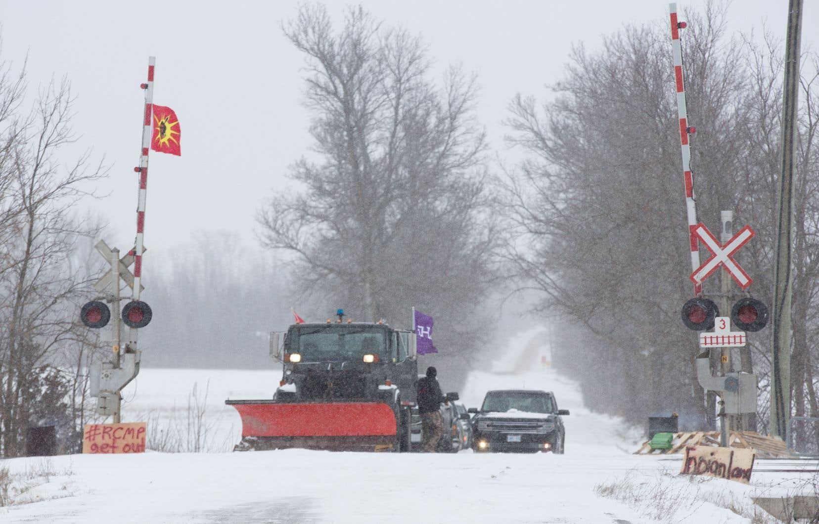 Des Mohawks bloquent les voies ferrées à Tyendinaga, en Ontario, en soutien à laPremière nation Wet'suwet'en, qui s'oppose à la construction d'un gazoduc sur son territoire.