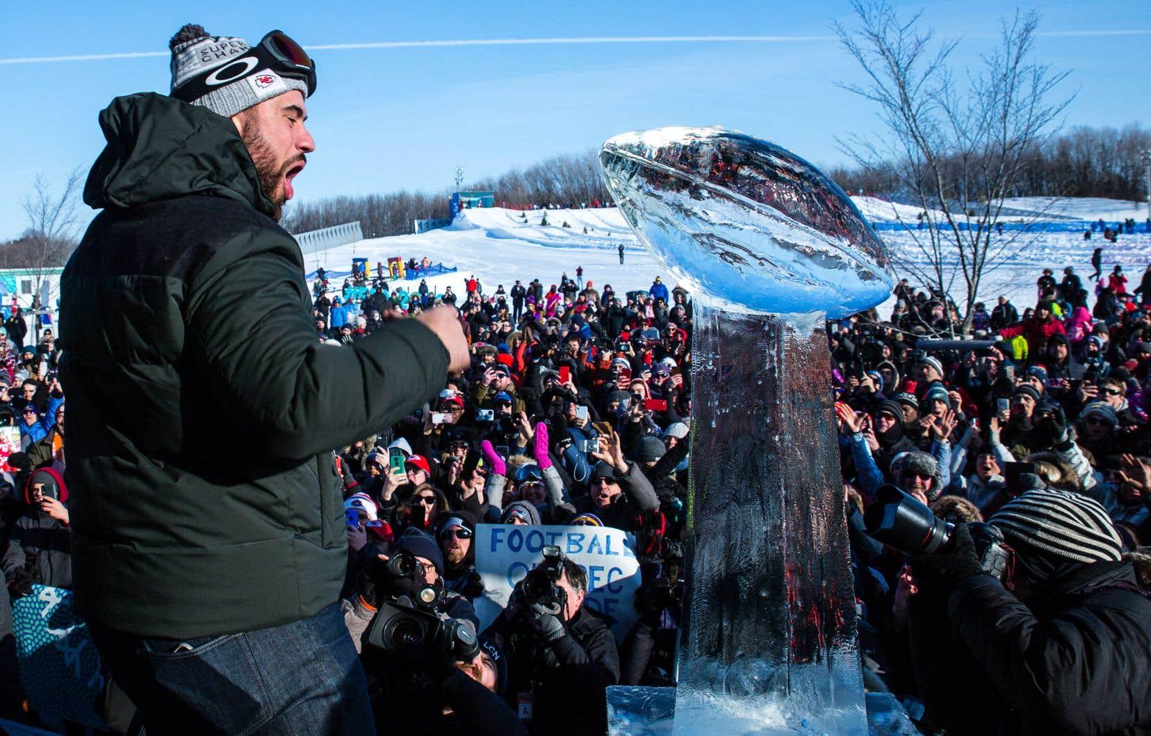 Lors de l'évènement,l'animateur des festivités a remis à Laurent Duvernay-Tardif une réplique du trophée Vince-Lombardi faite de glace.