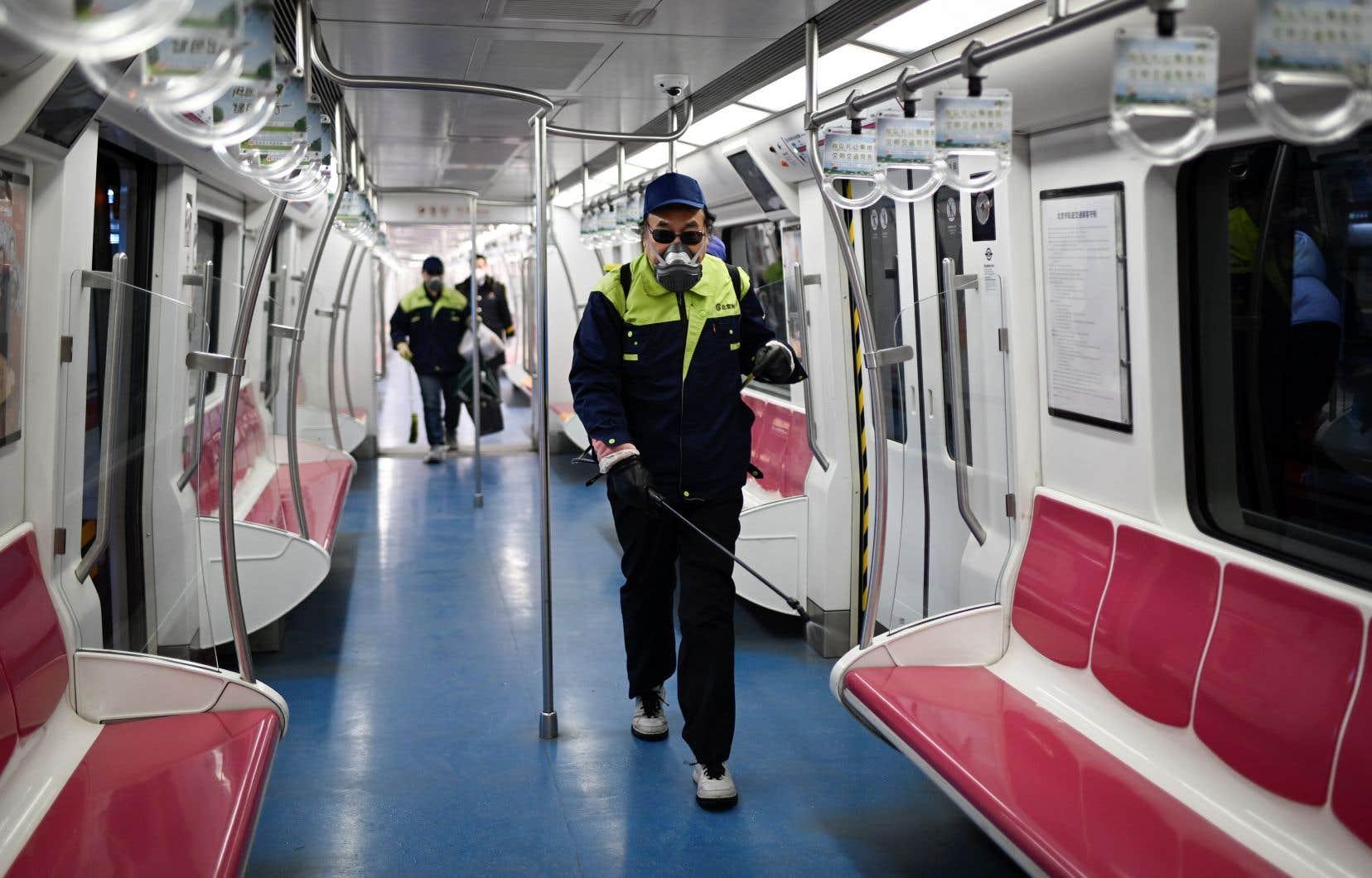 Le métro de Pékin n'enregistrait lundi que 50% de sa fréquentation normale pour un jour de semaine, selon les médias publics.