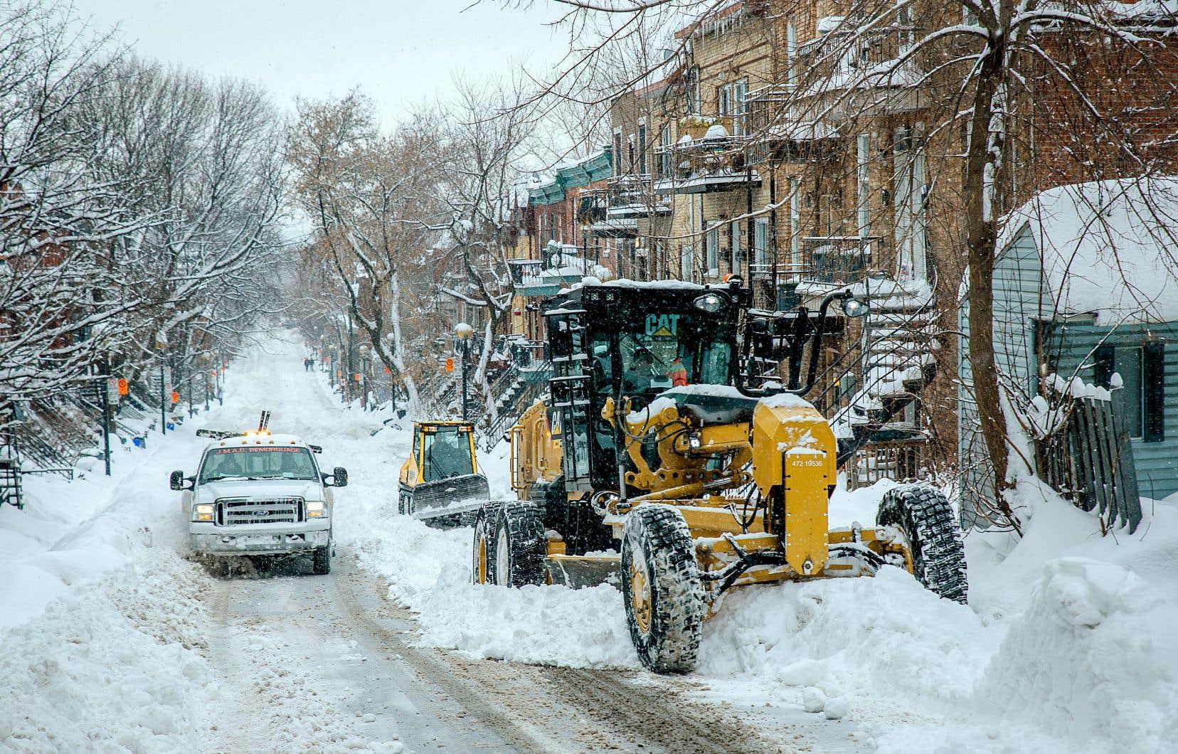 En raison des précipitations de neige lundi matin, des équipes affectées au chargement ont dû être redirigées vers le déblaiement des rues et des trottoirs.