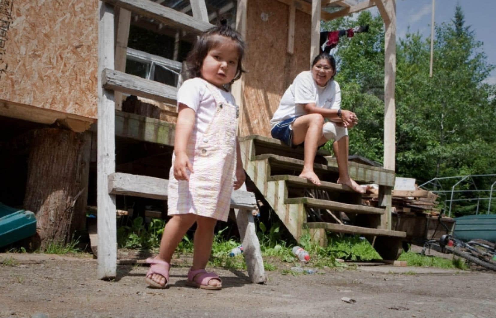 Une autochtone algonquine et sa fille. &Agrave; ce jour, un enfant n&eacute; du mariage d&rsquo;une femme autochtone et d&rsquo;un homme non autochtone a toujours un statut m&eacute;tiss&eacute;, et ses enfants ne sont pas admissibles au statut d&rsquo;Indien, s&rsquo;ils &eacute;pousent eux-m&ecirc;mes une personne non inscrite.<br />