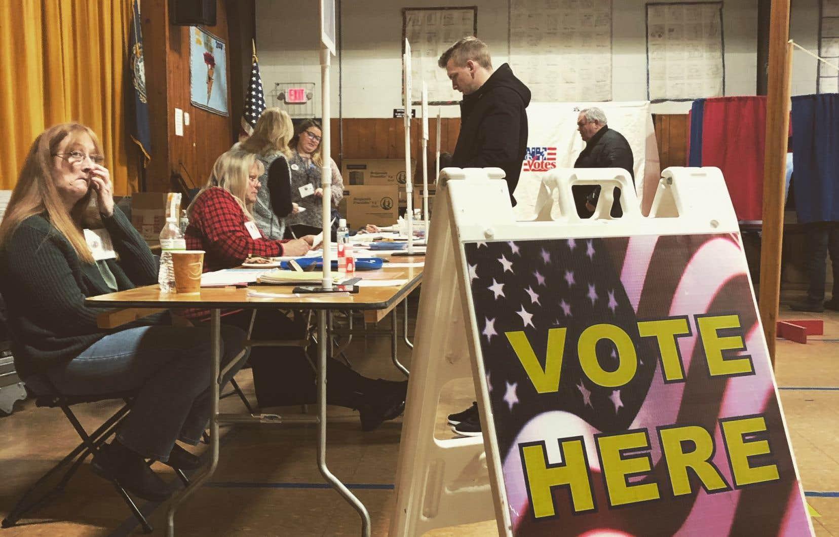 Le New Hampshire a commencé à voter mardi matin, comme ici dans un bureau de vote de Portsmouth au sud de l'État.