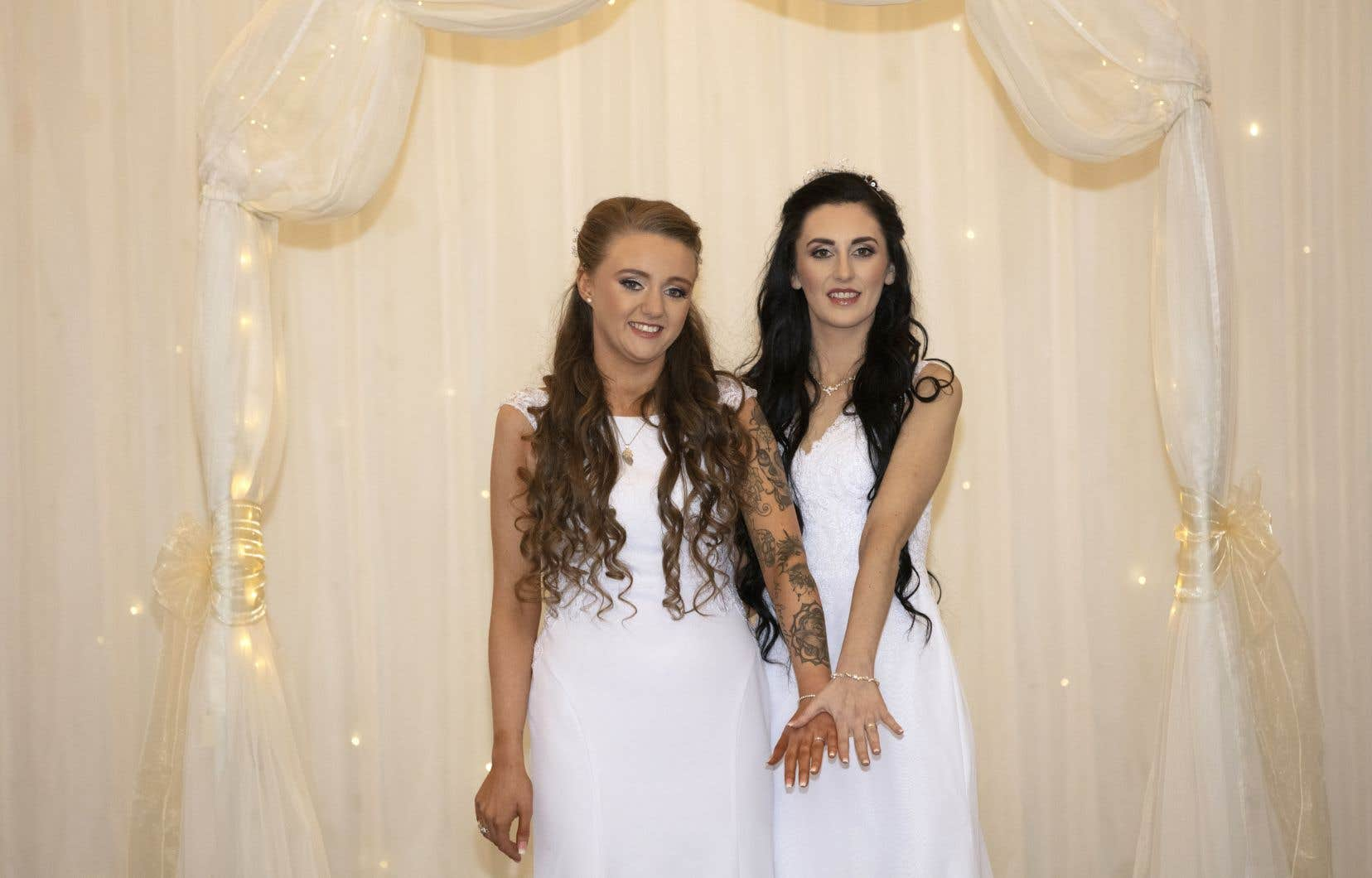 Robyn Peoples (à gauche) et Shami Edwards sont devenues mardi le premier couple homosexuel à se marier en Irlande du Nord.