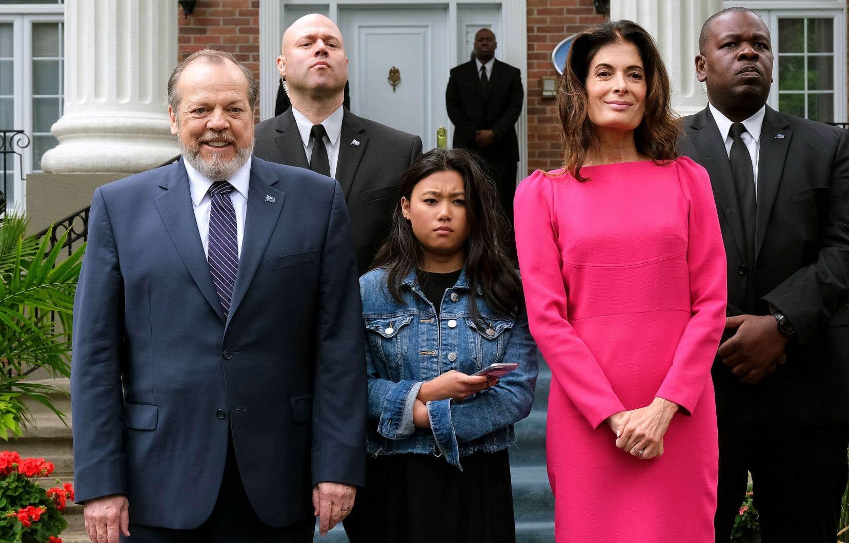 Entouré de sa fille adoptée (Anyjeanne Savaria) et de sa femme Mireille (Anne Marie-Cadieux), une espèce de Jackie Kennedy des pauvres, le président Hamelin (Guy Nadon) est au plus bas dans les sondages.