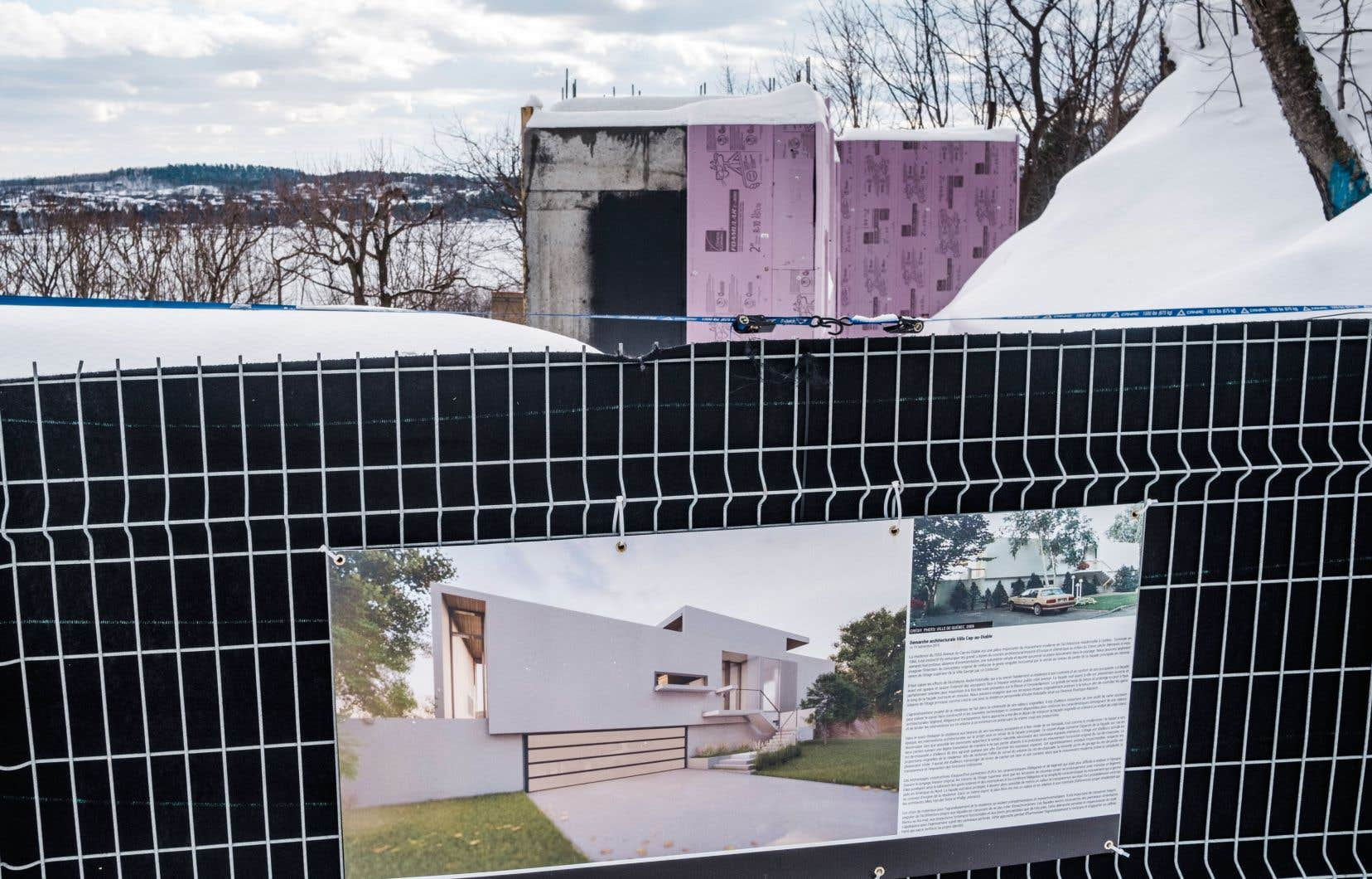 Il ne reste plus que des fondations là où s'élevait une maison d'intérêt patrimonial. Sur la clôture qui interdit l'accès au terrain, on aperçoit une photographie de la résidence démolie sans autorisation.