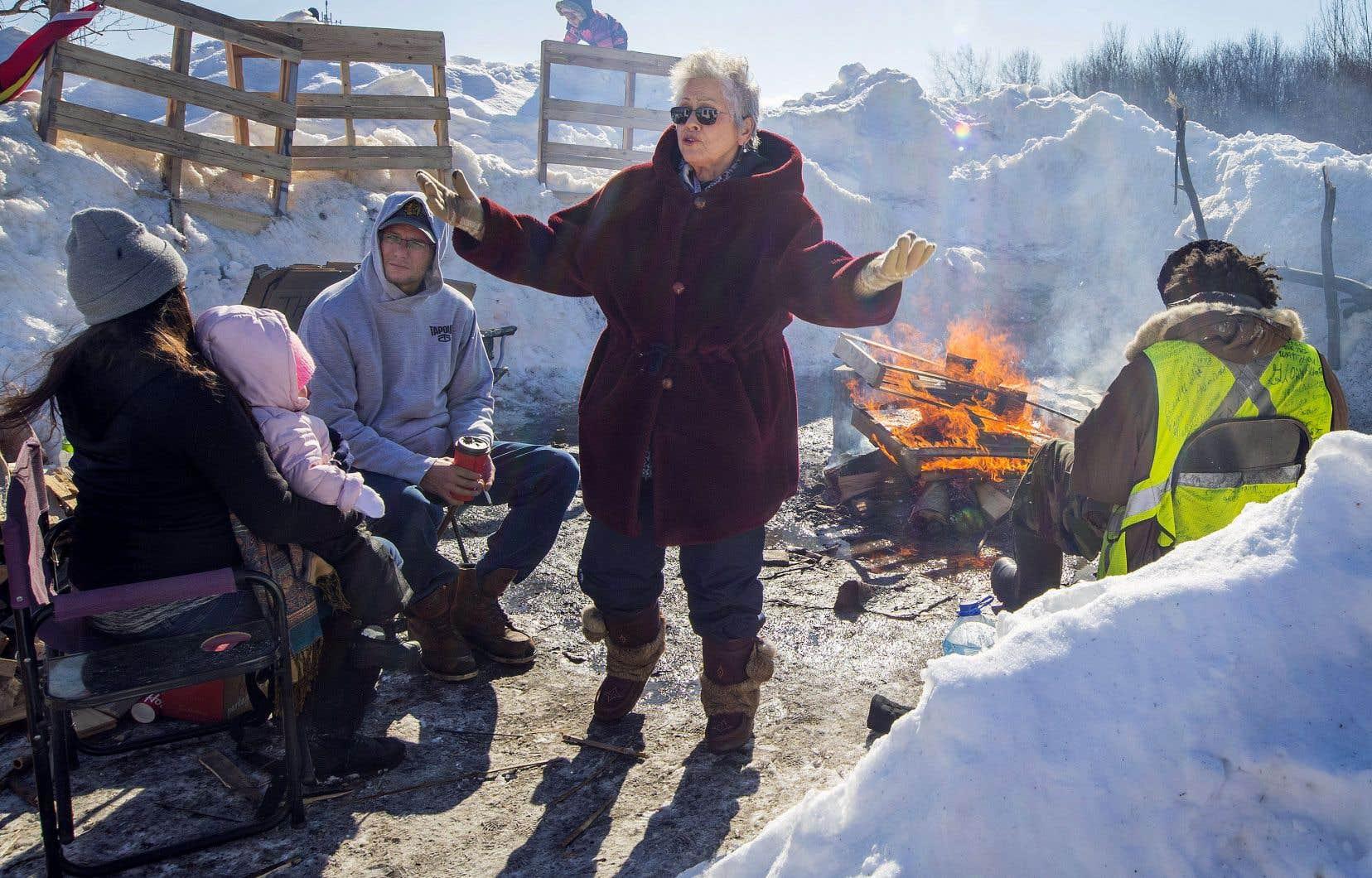 À Kahnawake, des manifestants s'assurent que personne ne viendra défaire la barricade érigée sur la voie ferrée.