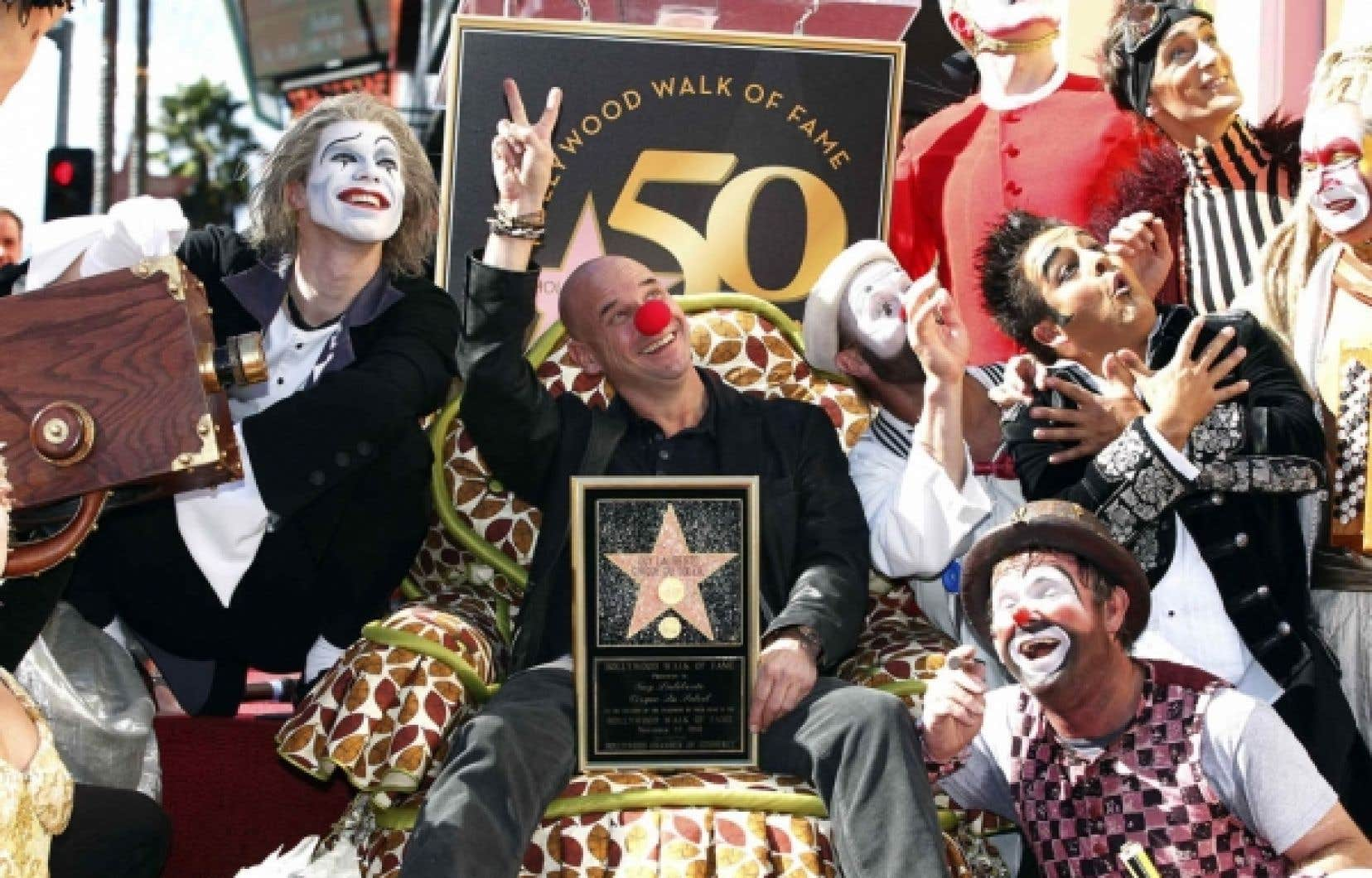 Le grand patron et fondateur du Cirque du Soleil, Guy Laliberté entouré d'artistes de la nouvelle production Iris.