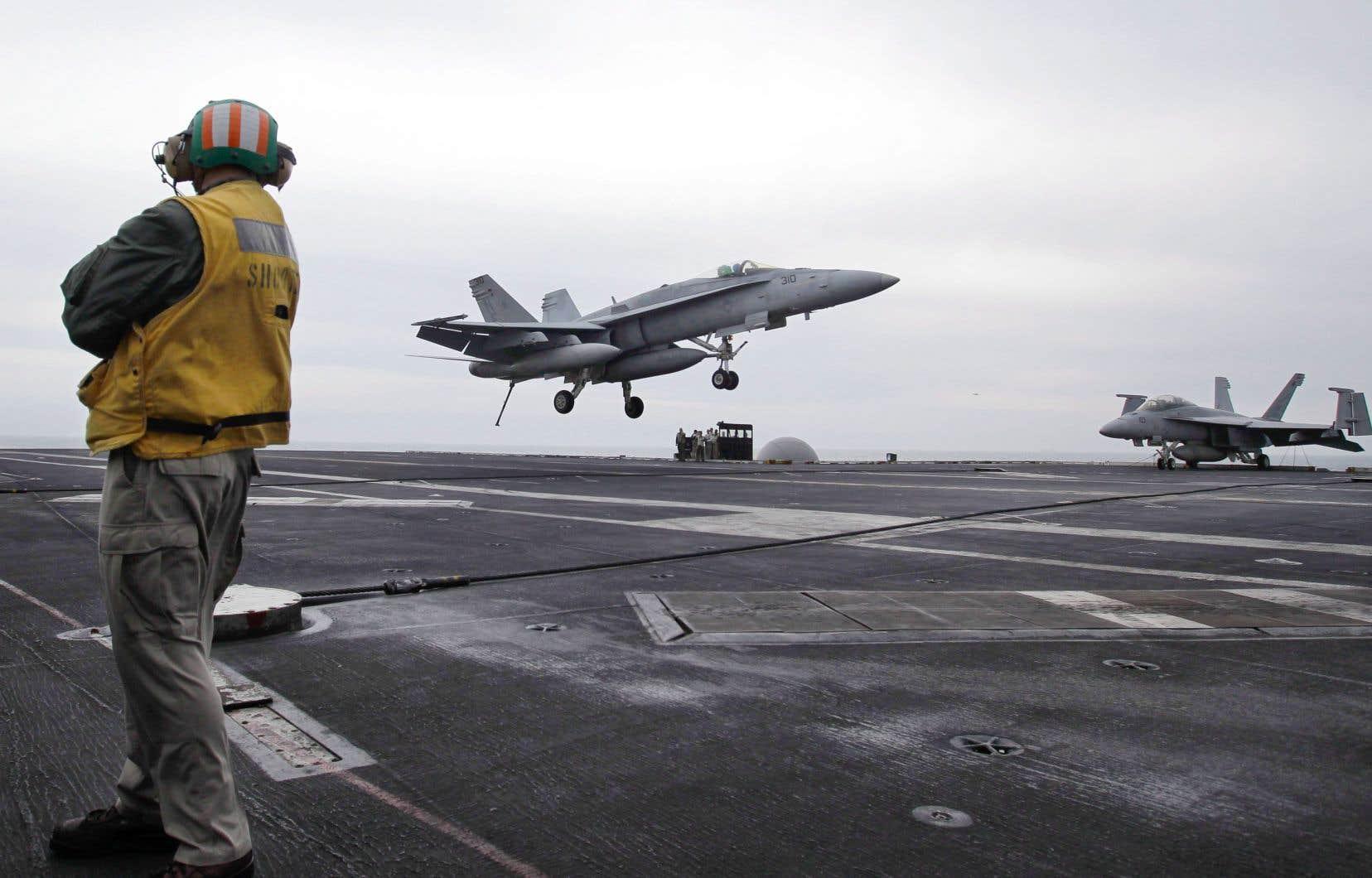 Un chasseur américain à l'atterrissage sur le porte-avion USS Abraham Lincoln