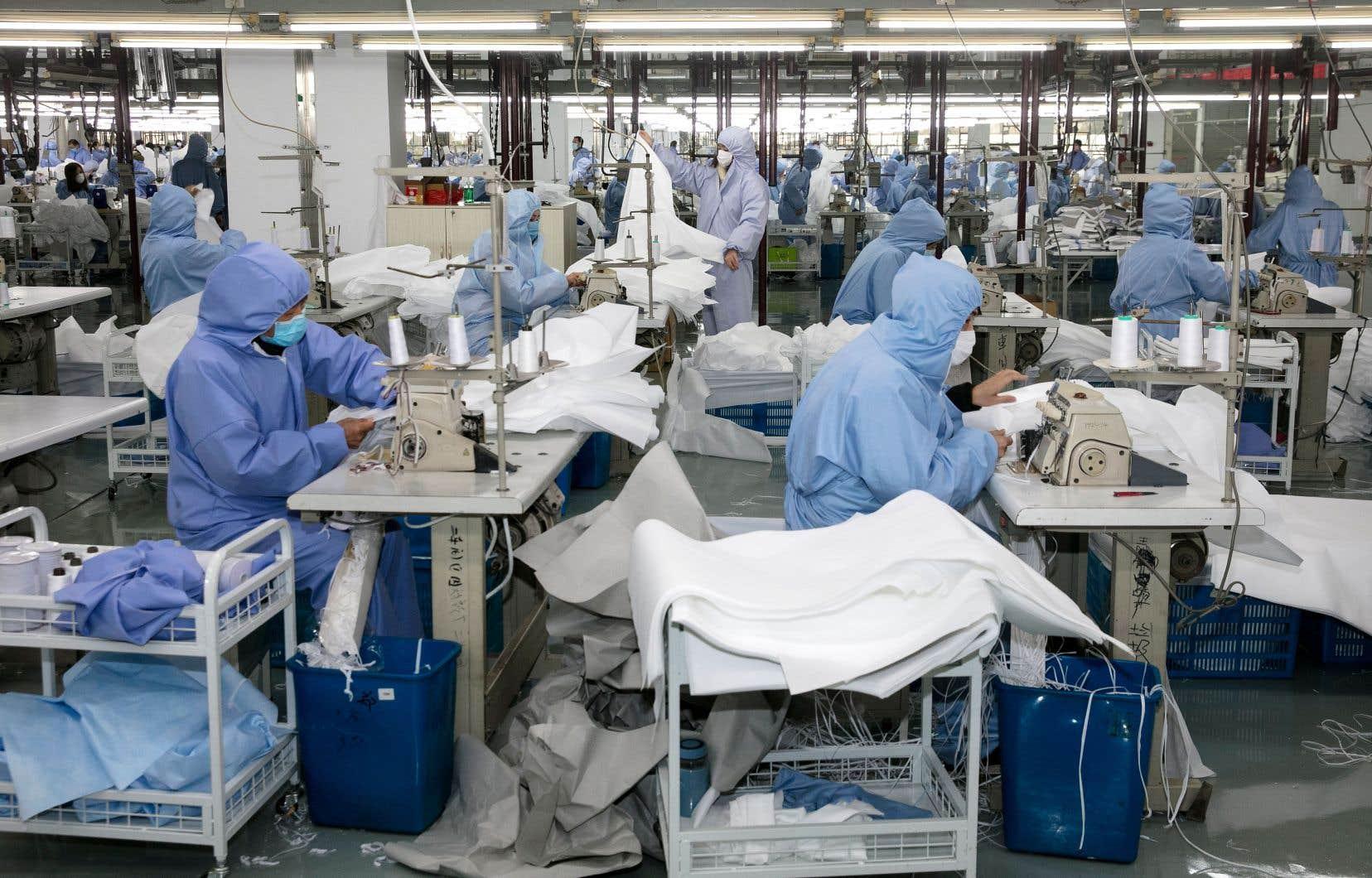 Une manufacture de vêtements sport, située dans une province de l'est de la Chine, produit dorénavant des combinaisons de protection sanitaire pour pallier la pénurie.
