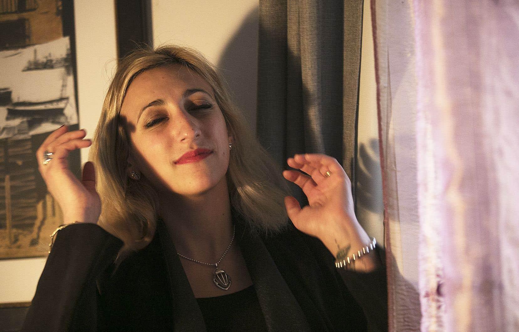<p>Si Florencechante etchantera,le descriptif«chanteuse»ne la définitplus. Lamusiqueest devenuepour ellefacultative,complémentaire,périphérique.</p>